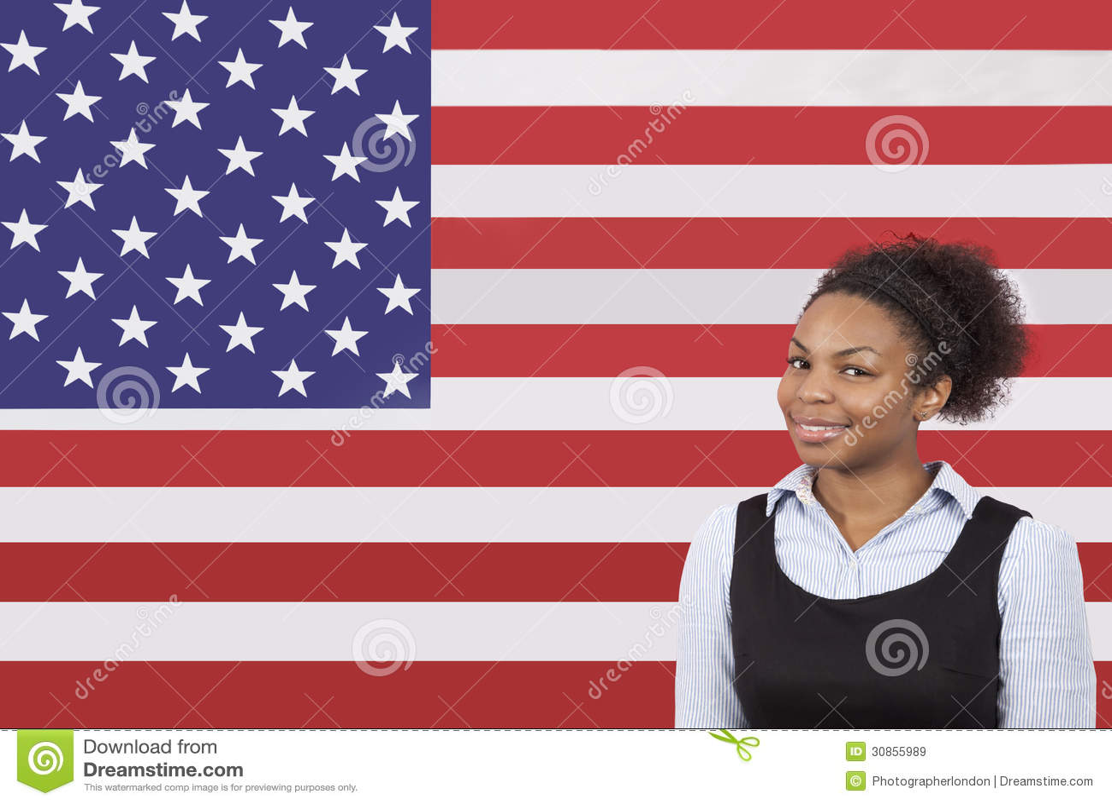 Νέα επιχειρηματίας αφροαμερικάνων που χαμογελά πέρα από τη αμερικανική σημαία