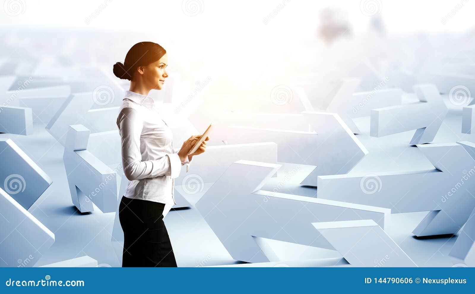 Νέα επιχειρηματίας και μέρη των βελών με τις διαφορετικές κατευθύνσεις r