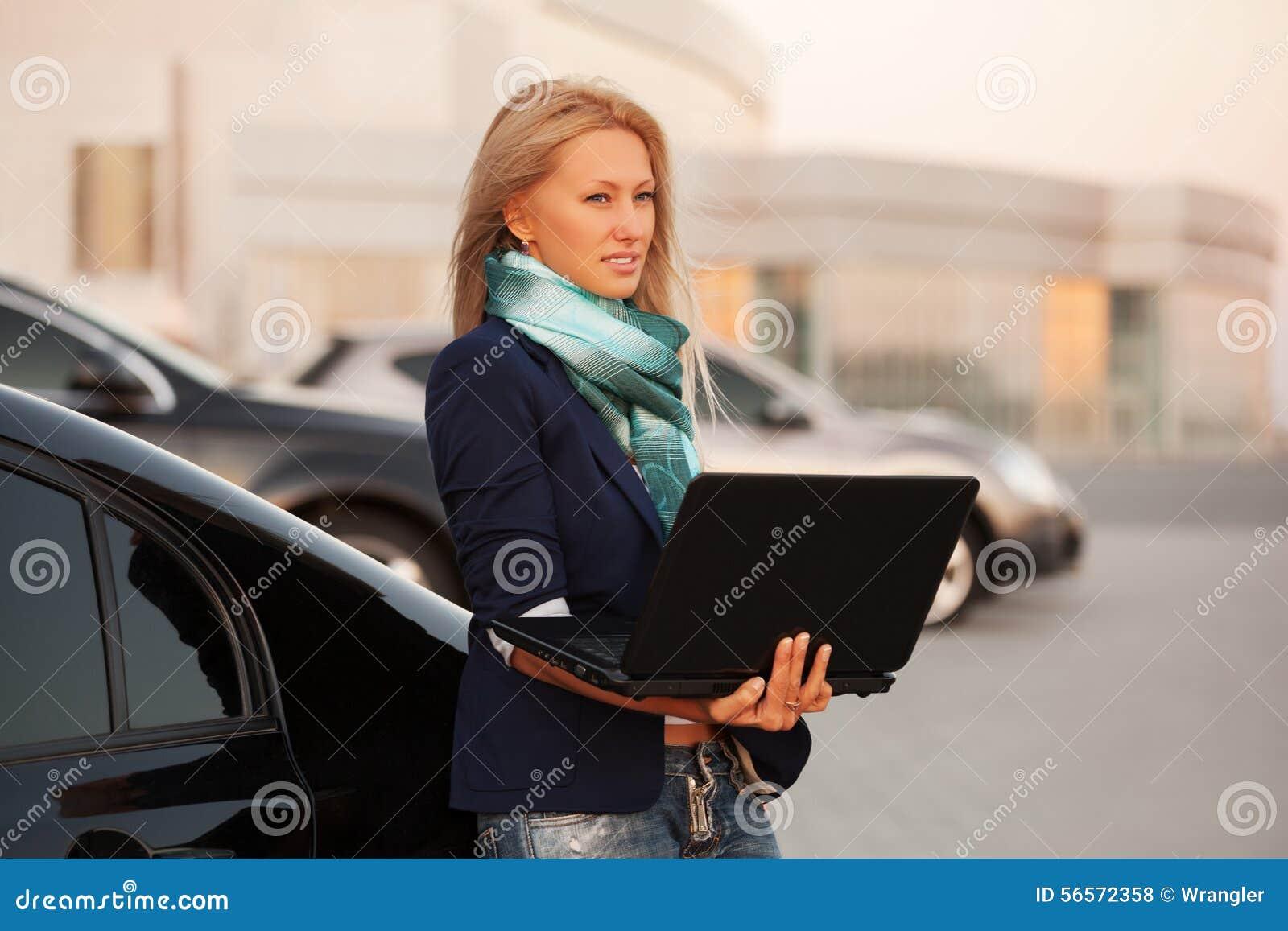 Download Νέα επιχειρησιακή γυναίκα μόδας με το Lap-top με το αυτοκίνητό της Στοκ Εικόνες - εικόνα από θηλυκό, δροσίστε: 56572358