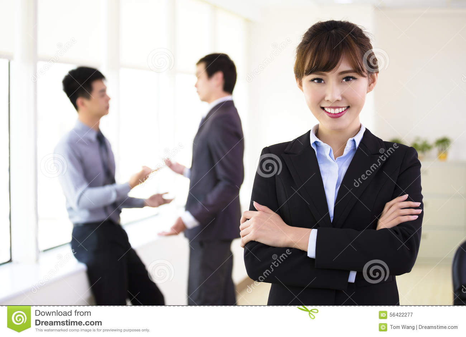 Νέα επιχειρησιακή γυναίκα που στέκεται στην αρχή