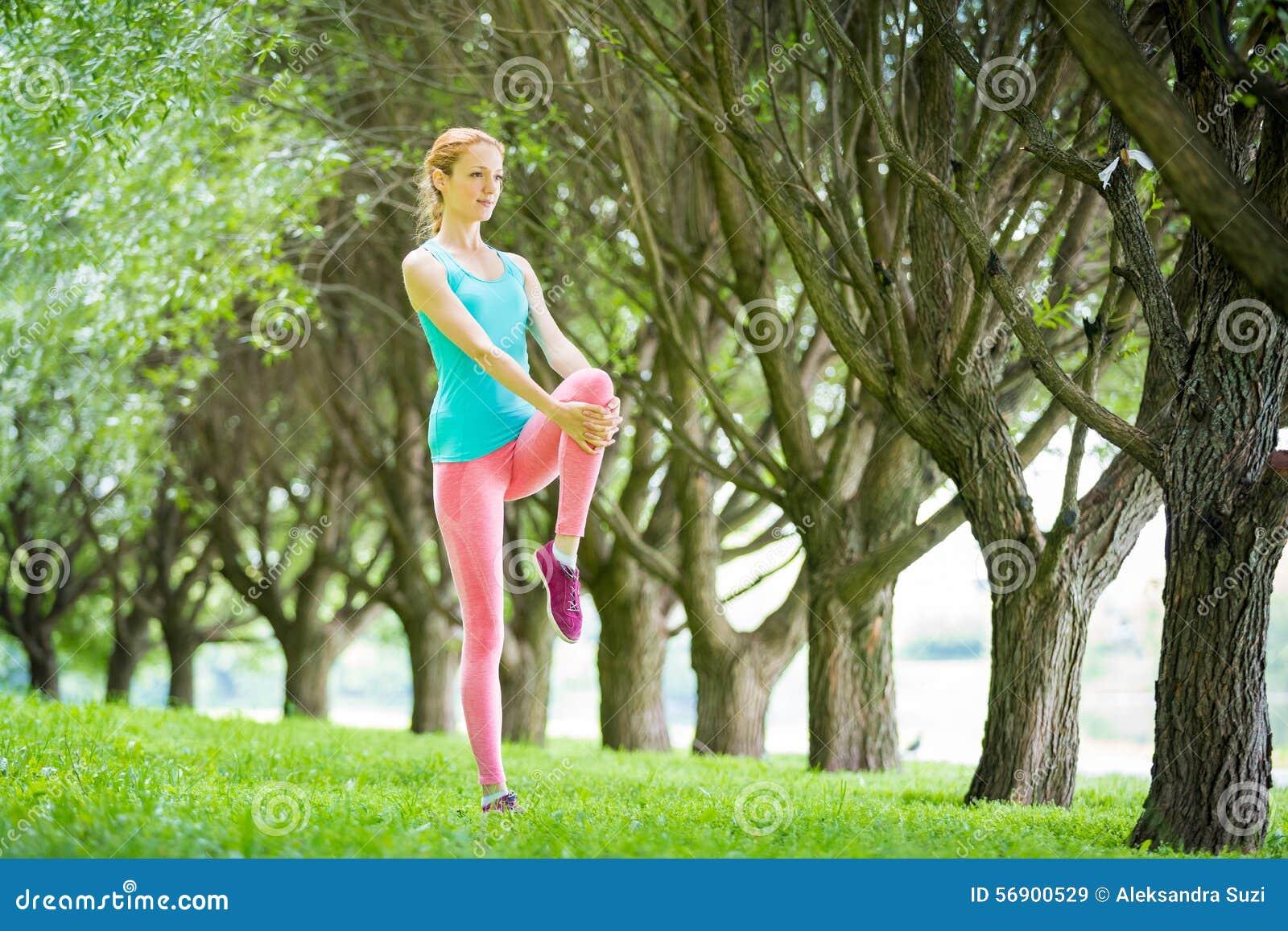 Νέα λεπτή γυναικεία κατάρτιση στο πάρκο