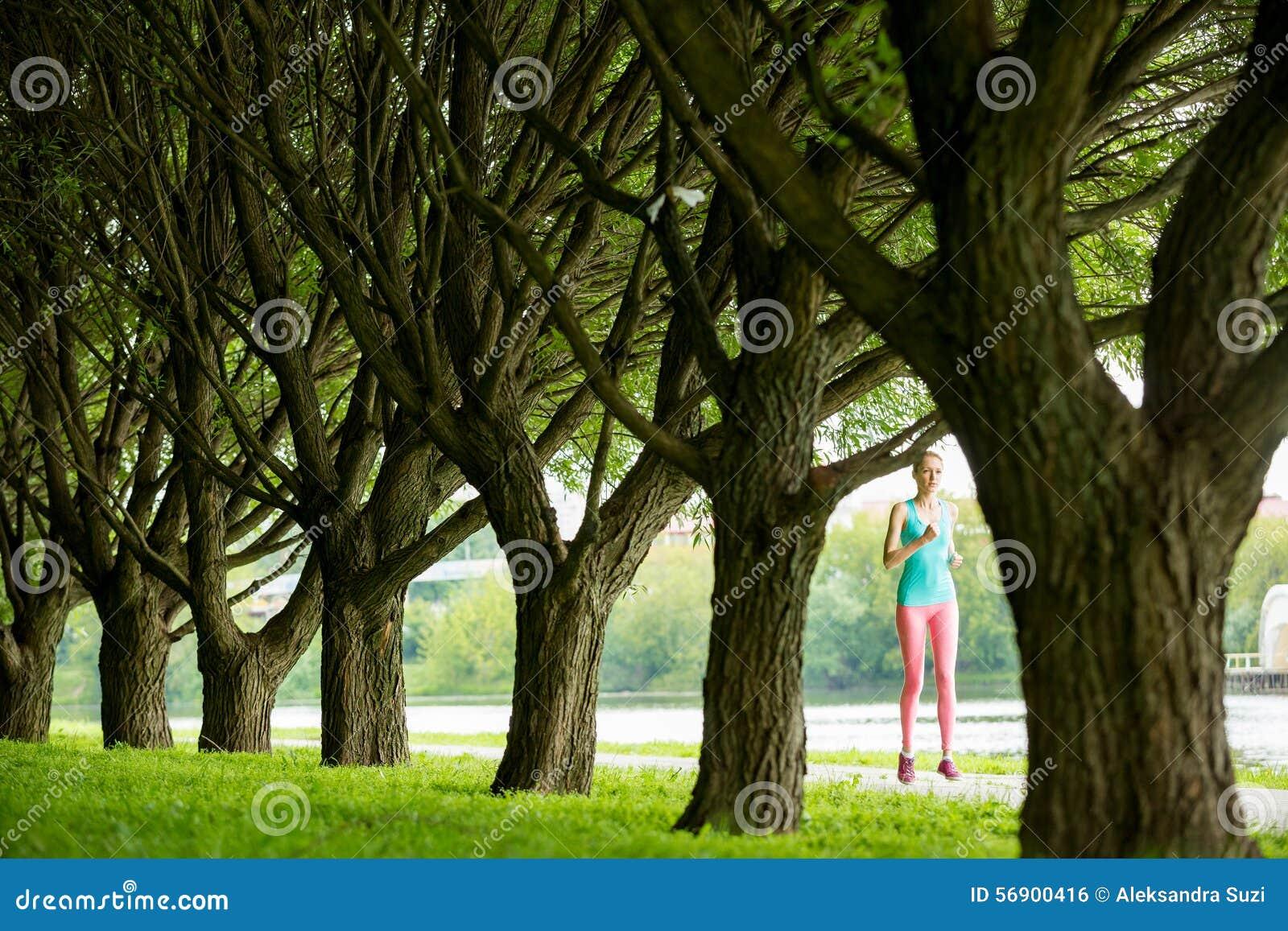 Νέα λεπτή κυρία που τρέχει στο πάρκο