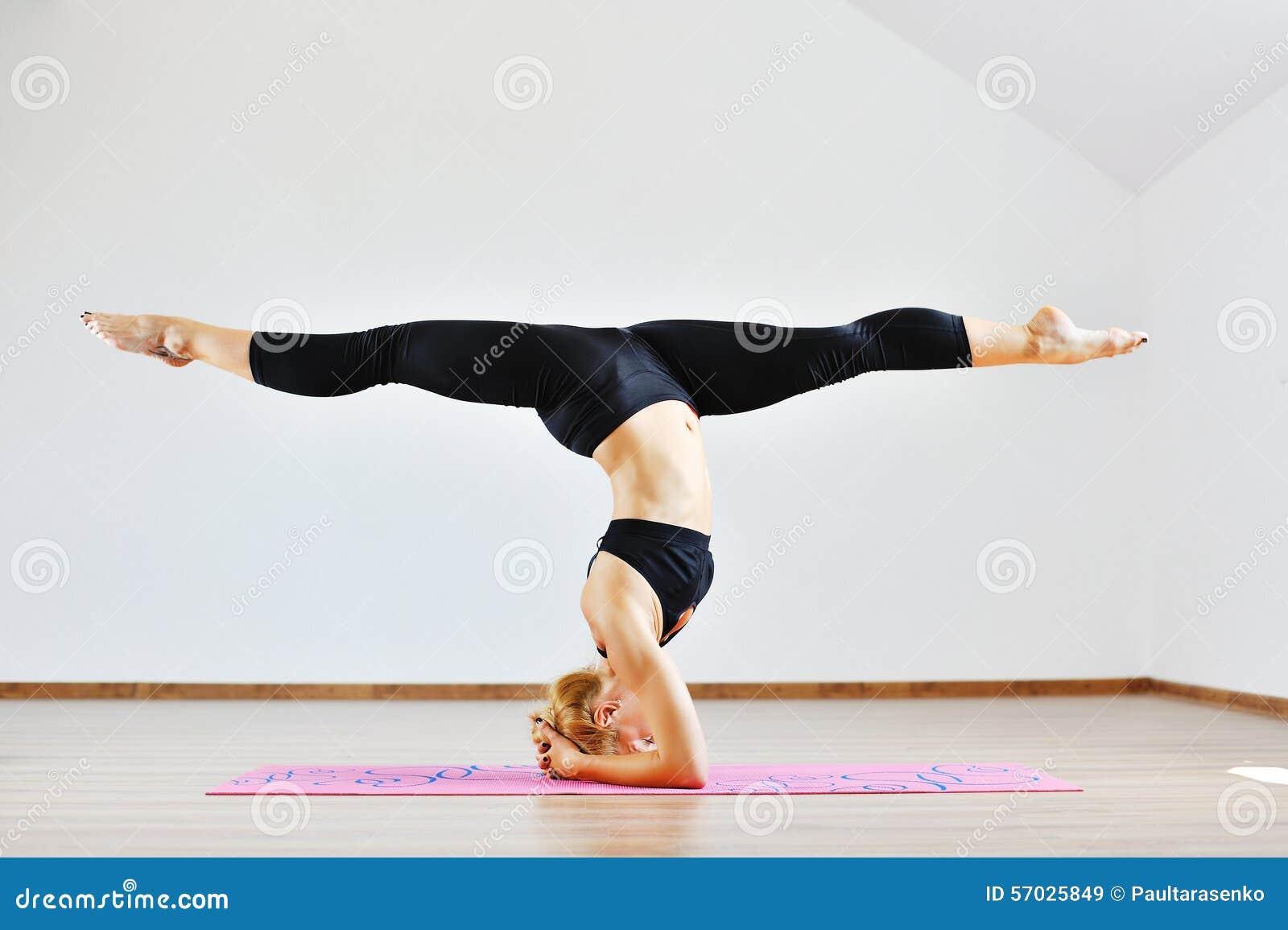 Νέα λεπτή gymnast γυναίκα στον αθλητισμό που ντύνει τη μόνιμη άνω πλευρά - κάτω
