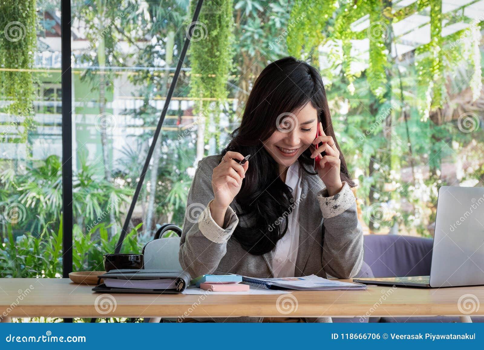 Νέα εργασία επιχειρηματιών με τα κινητά τηλέφωνα και τα σημειωματάρια