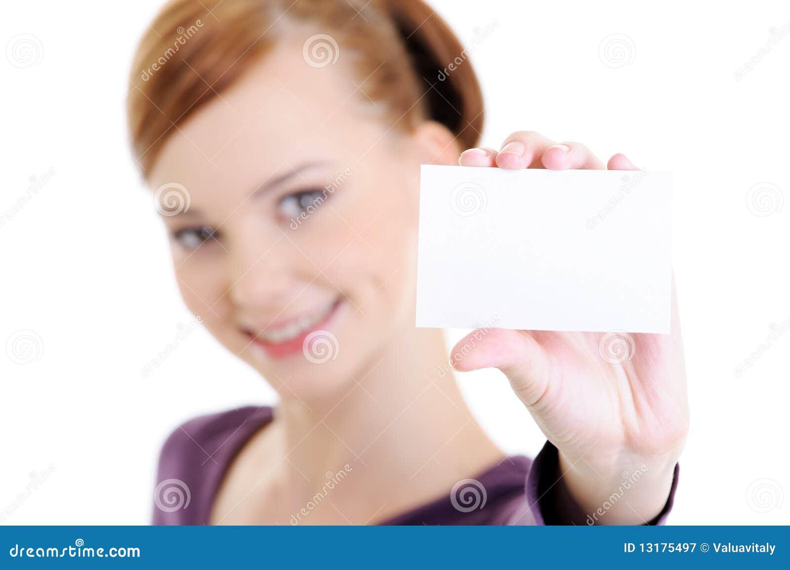 Νέα ευτυχής γυναίκα με την κενή άσπρη κάρτα