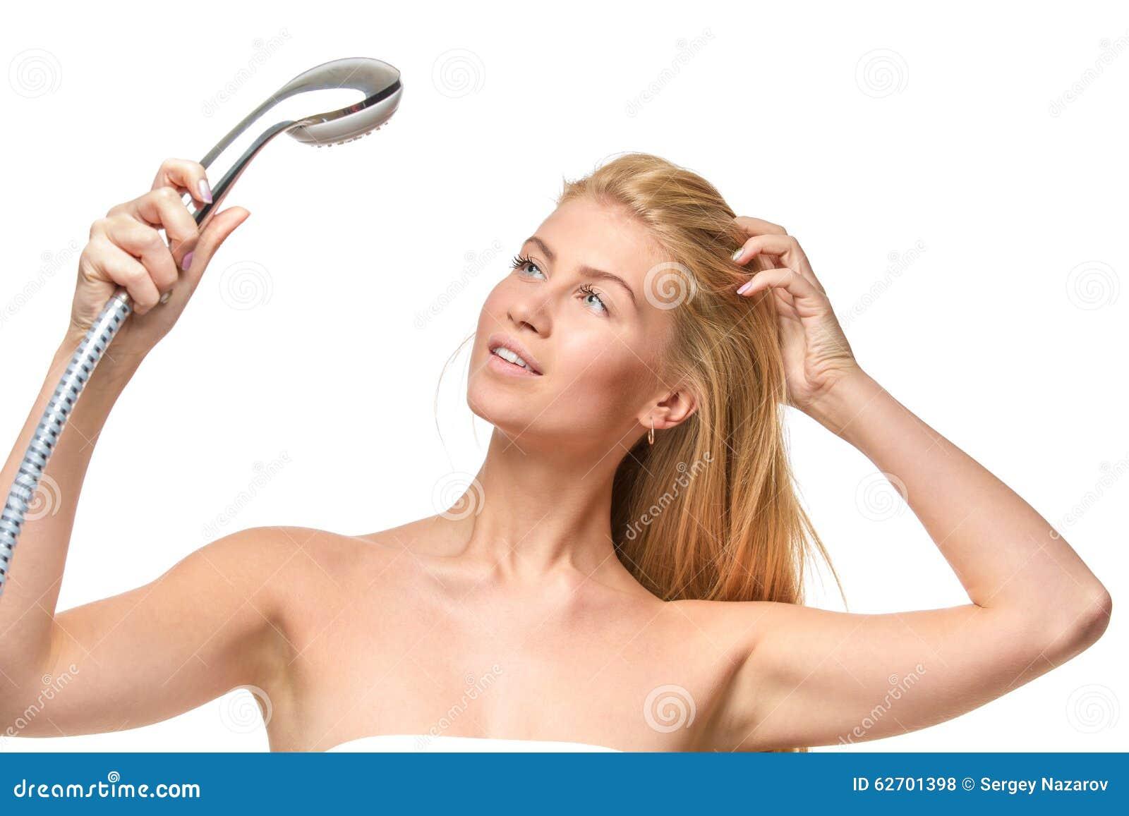 Νέα ελκυστικά ξανθά γυναίκα και μπλε μάτια σε μια πετσέτα