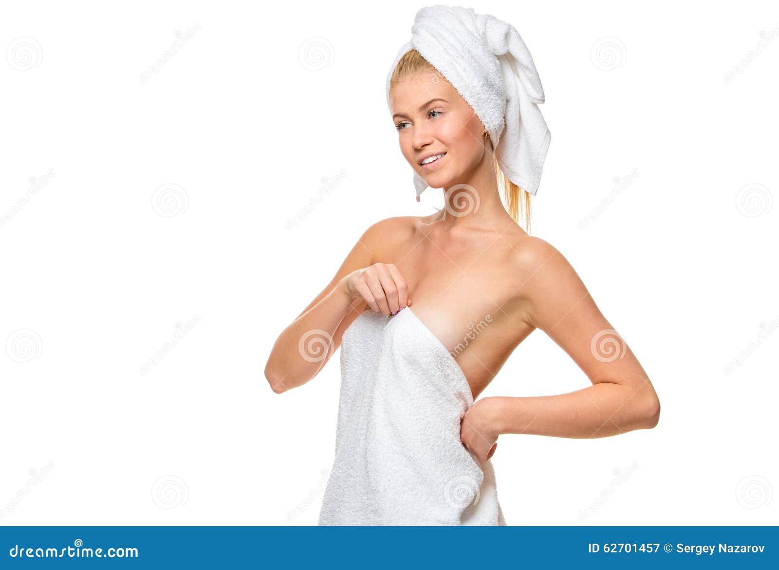 Νέα ελκυστική γυναίκα με τα μπλε μάτια σε μια πετσέτα