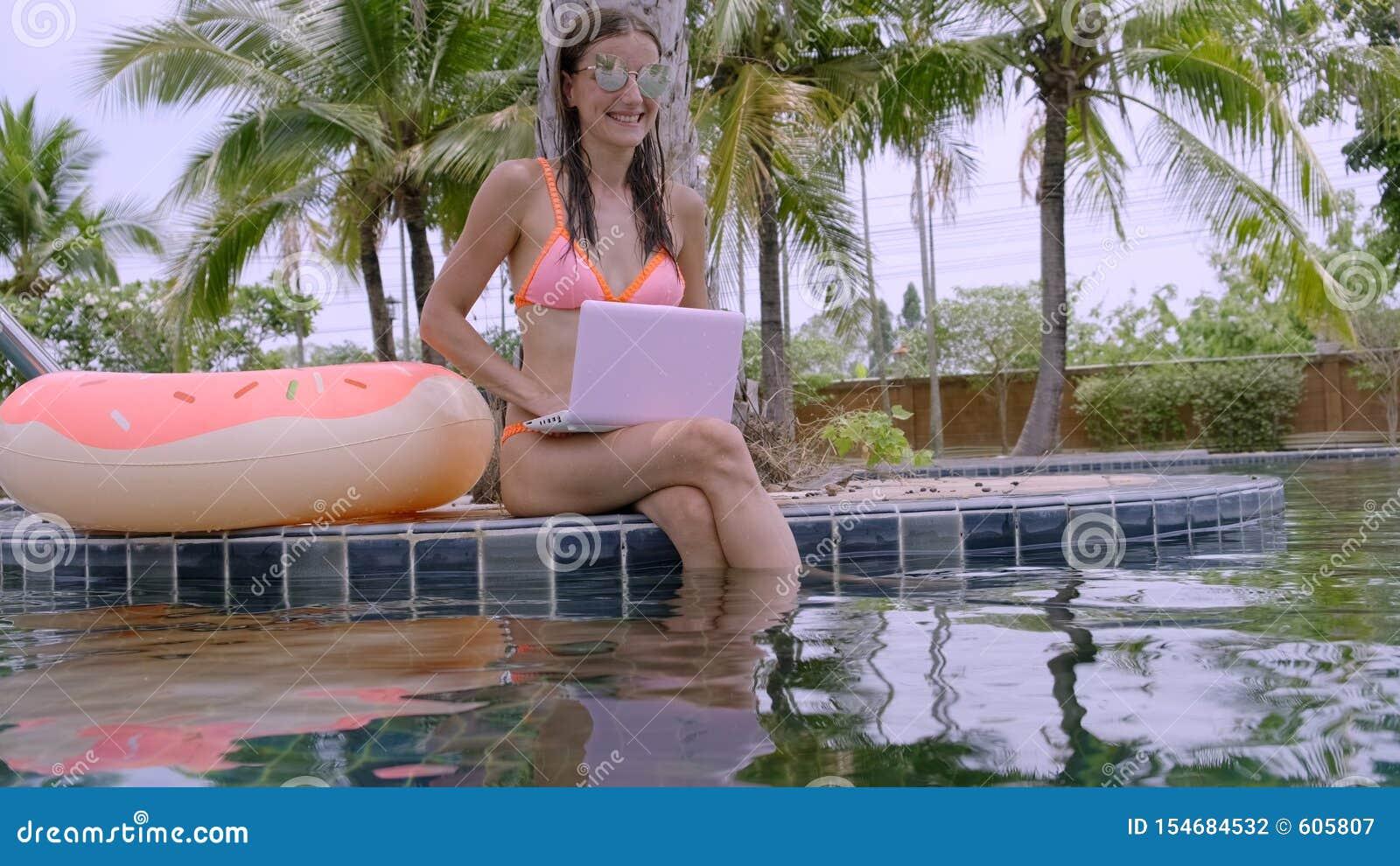 Νέα θηλυκή συνεδρίαση freelancer με το lap-top κοντά στη λίμνη Πολυάσχολος κατά τη διάρκεια των διακοπών Η έννοια της μακρινής ερ