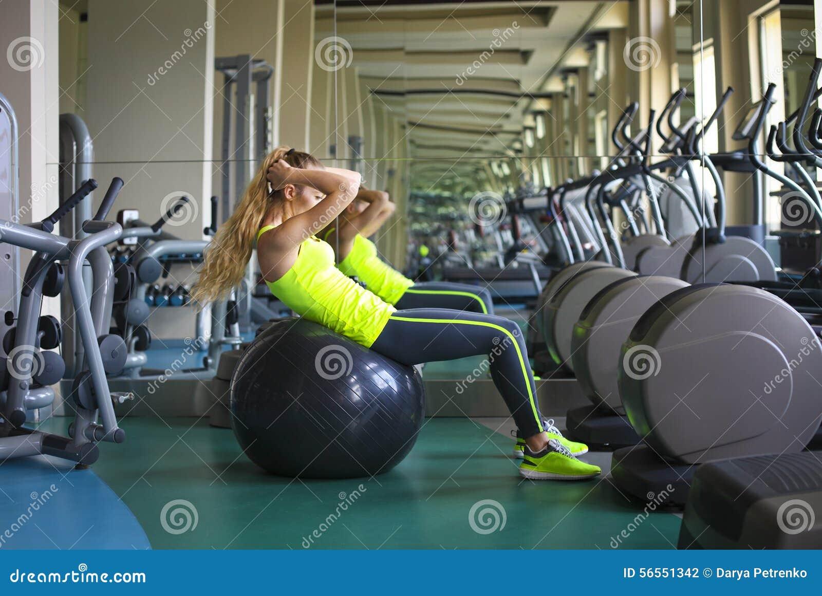 Download Νέα κατάλληλη γυναίκα που κάνει το κάθομαι-UPS στη σφαίρα άσκησης στη γυμναστική Στοκ Εικόνες - εικόνα από healthiness, θηλυκό: 56551342