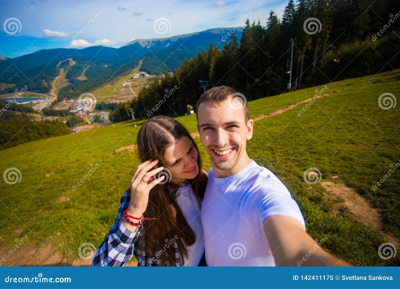 Νέα λήψη πεζοπορίας ζευγών selfie με το έξυπνο τηλέφωνο Ευτυχείς νεαρός άνδρας και γυναίκα που παίρνουν την αυτοπροσωπογραφία με