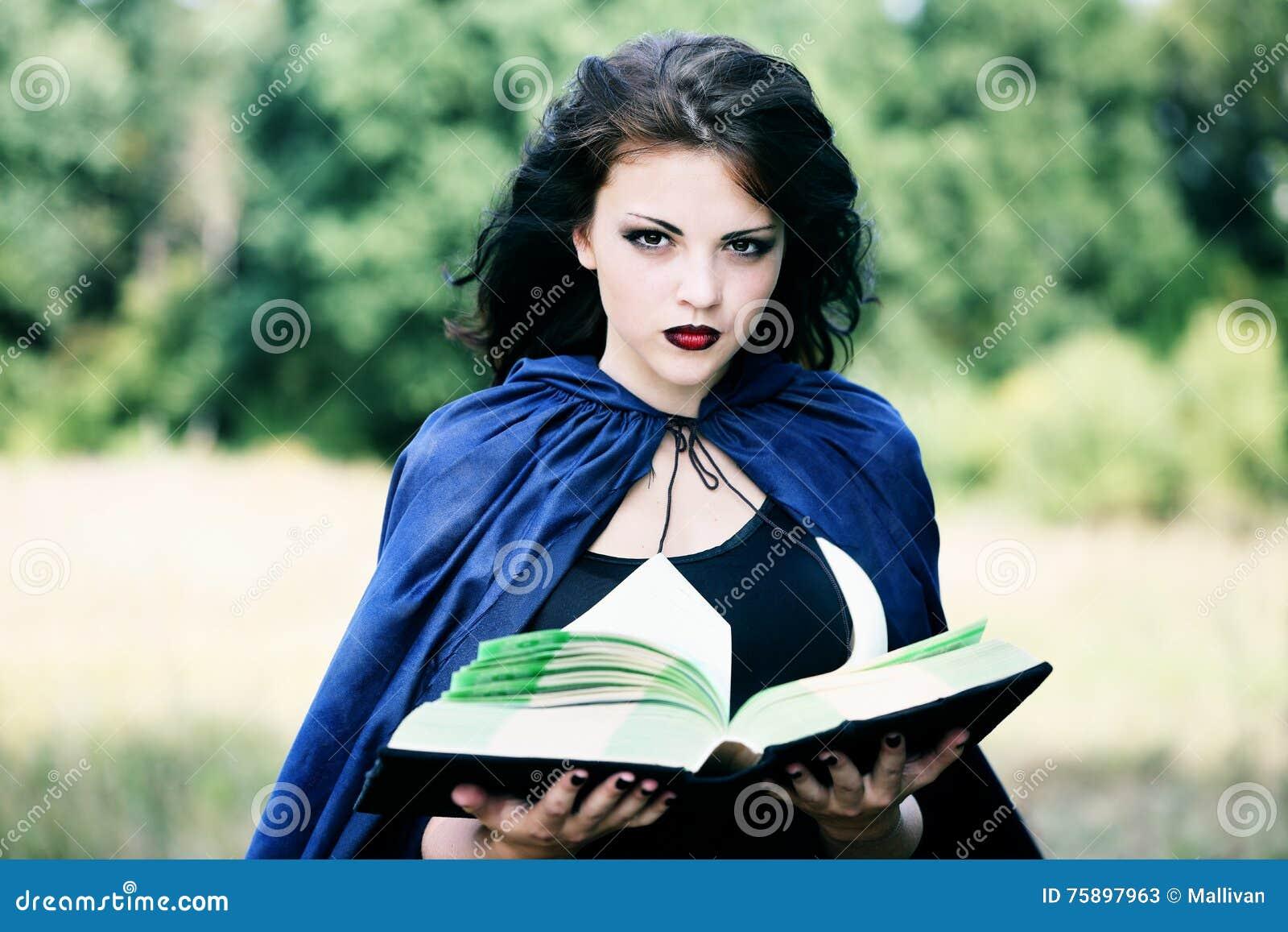 Νέα μάγισσα με ένα βιβλίο
