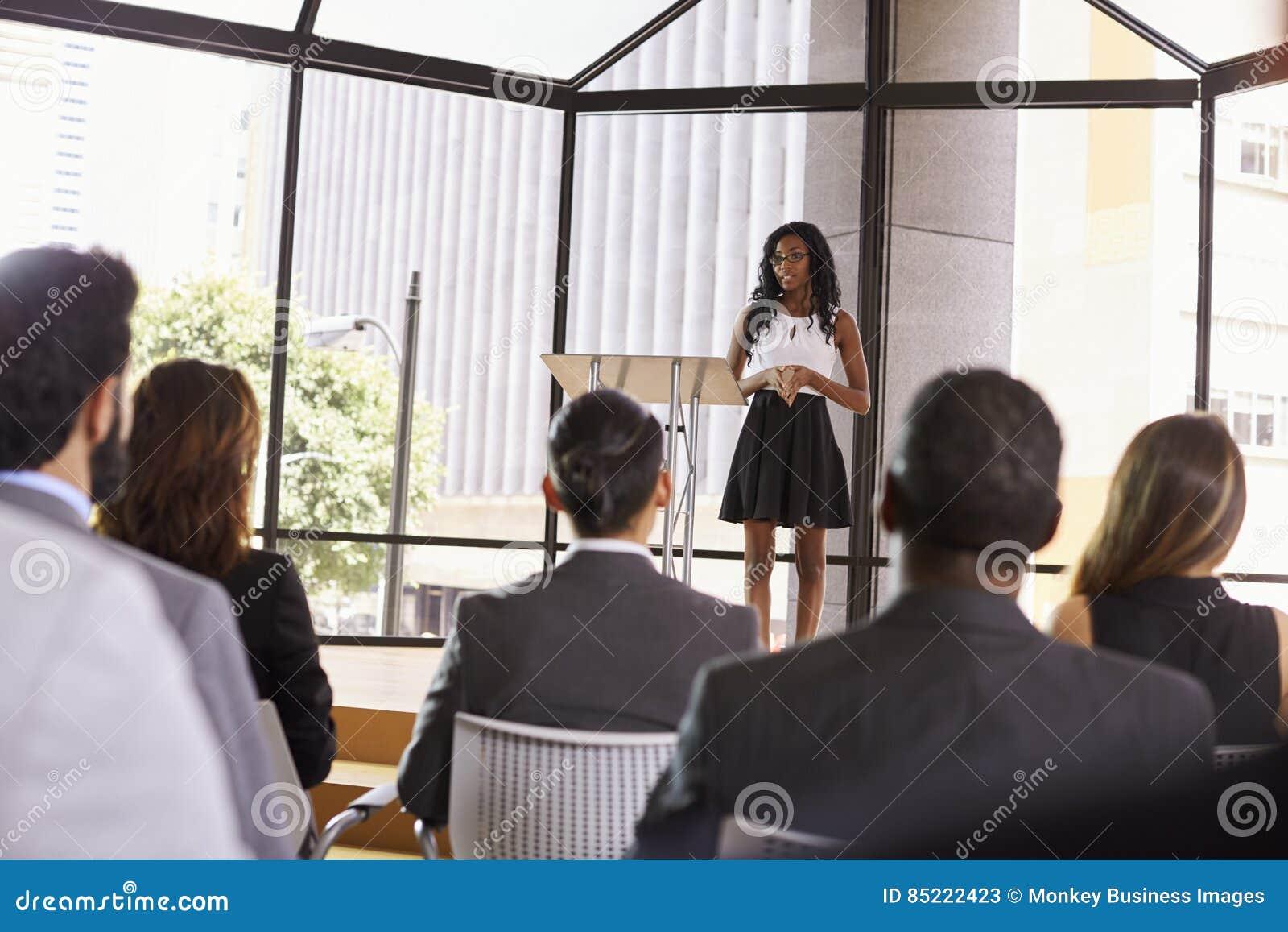 Νέα μαύρη επιχειρηματίας που παρουσιάζει το σεμινάριο σε ένα ακροατήριο