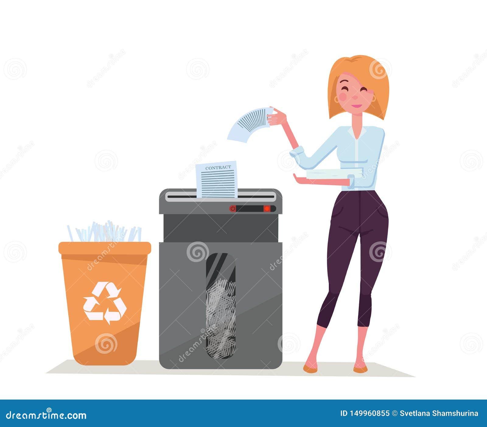 Νέα μοντέρνη εργαζόμενη γυναίκα γραφείων που τεμαχίζει το σωρό των εγγράφων Απόβλητα εγγράφου στο πλαστικό δοχείο ανακύκλωσης Μεγ