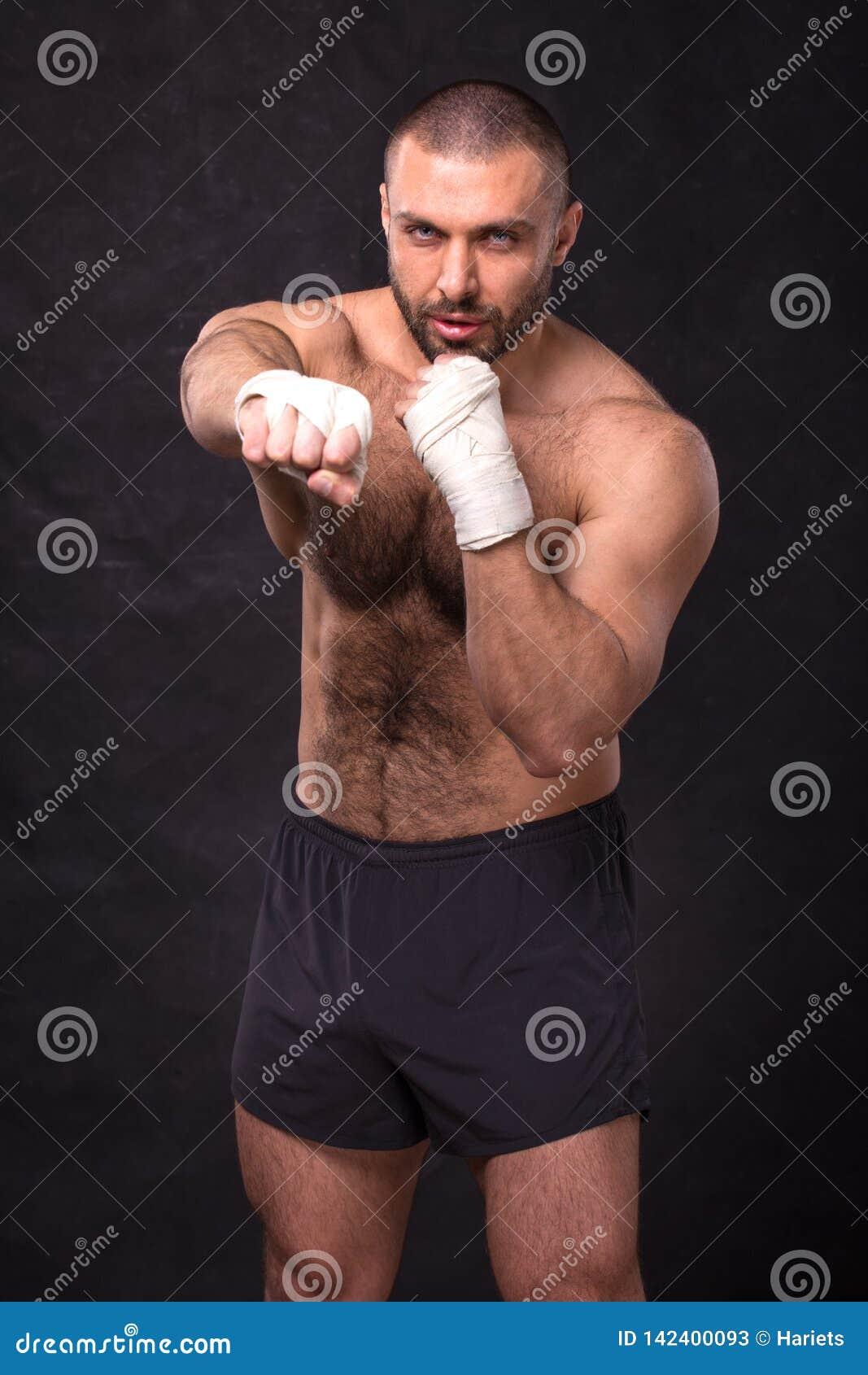 Νέα μυϊκά λακτίσματα κατάρτισης μαχητών εγκιβωτισμού Kickboxer που κάνει μια άσκηση πάλης