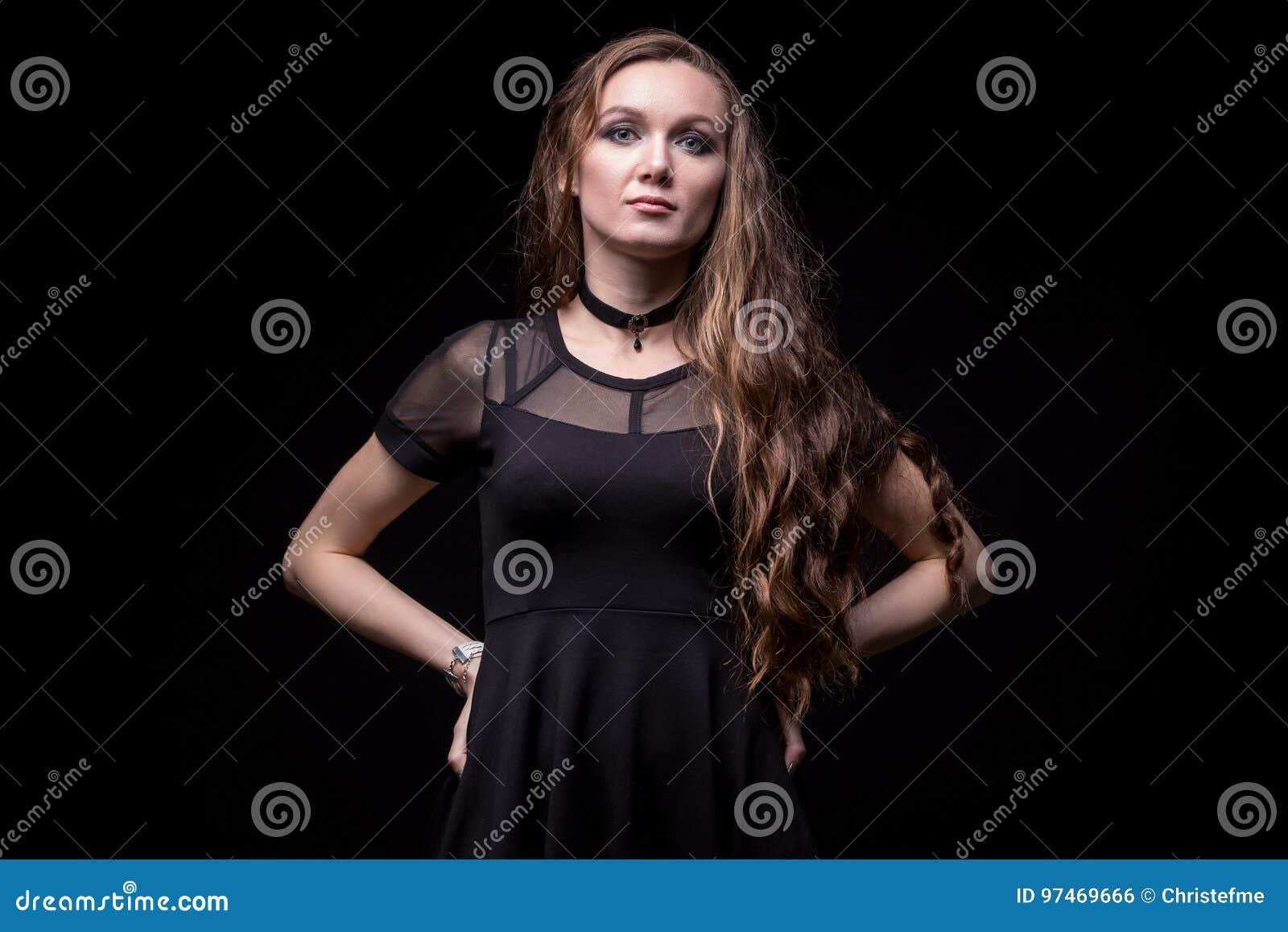 Νέα ξανθή γυναίκα με τα χέρια στα ισχία