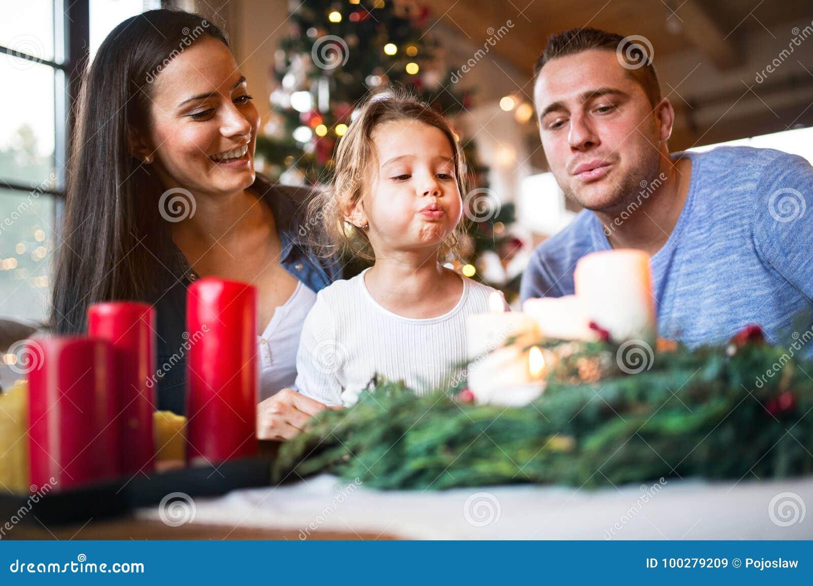 Νέα οικογενειακά φυσώντας κεριά στο στεφάνι εμφάνισης