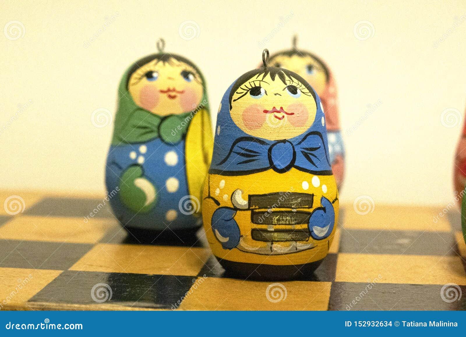 Νέα παιχνίδια έτους s, μικρές ρωσικές κούκλες, φωτεινά παιχνίδια, εορτασμός