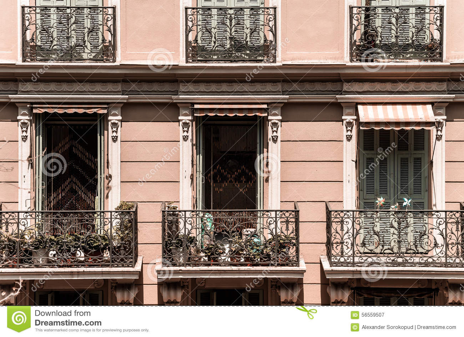 Download Νέα παράθυρα PVC στα παλαιά ανακαινισμένα σπίτια Σχέδιο και κατασκευή Στοκ Εικόνα - εικόνα από μονακό, νέος: 56559507