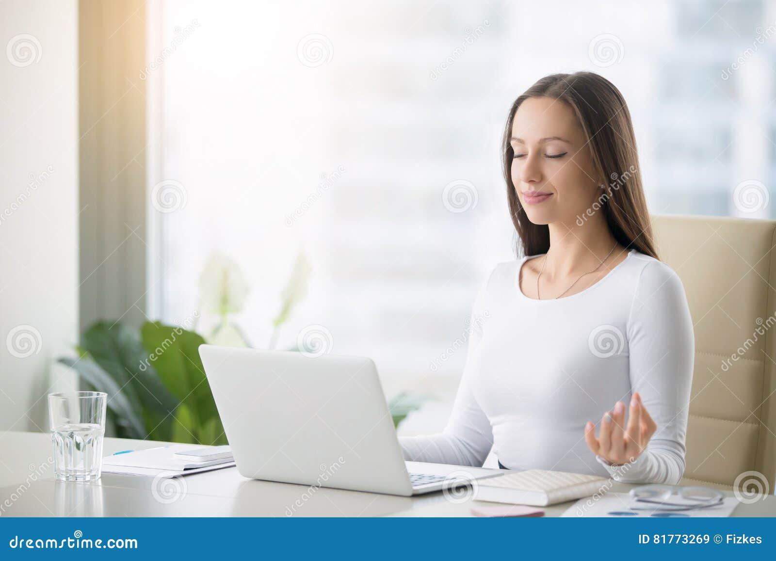 Νέα περισυλλογή άσκησης γυναικών στο γραφείο γραφείων