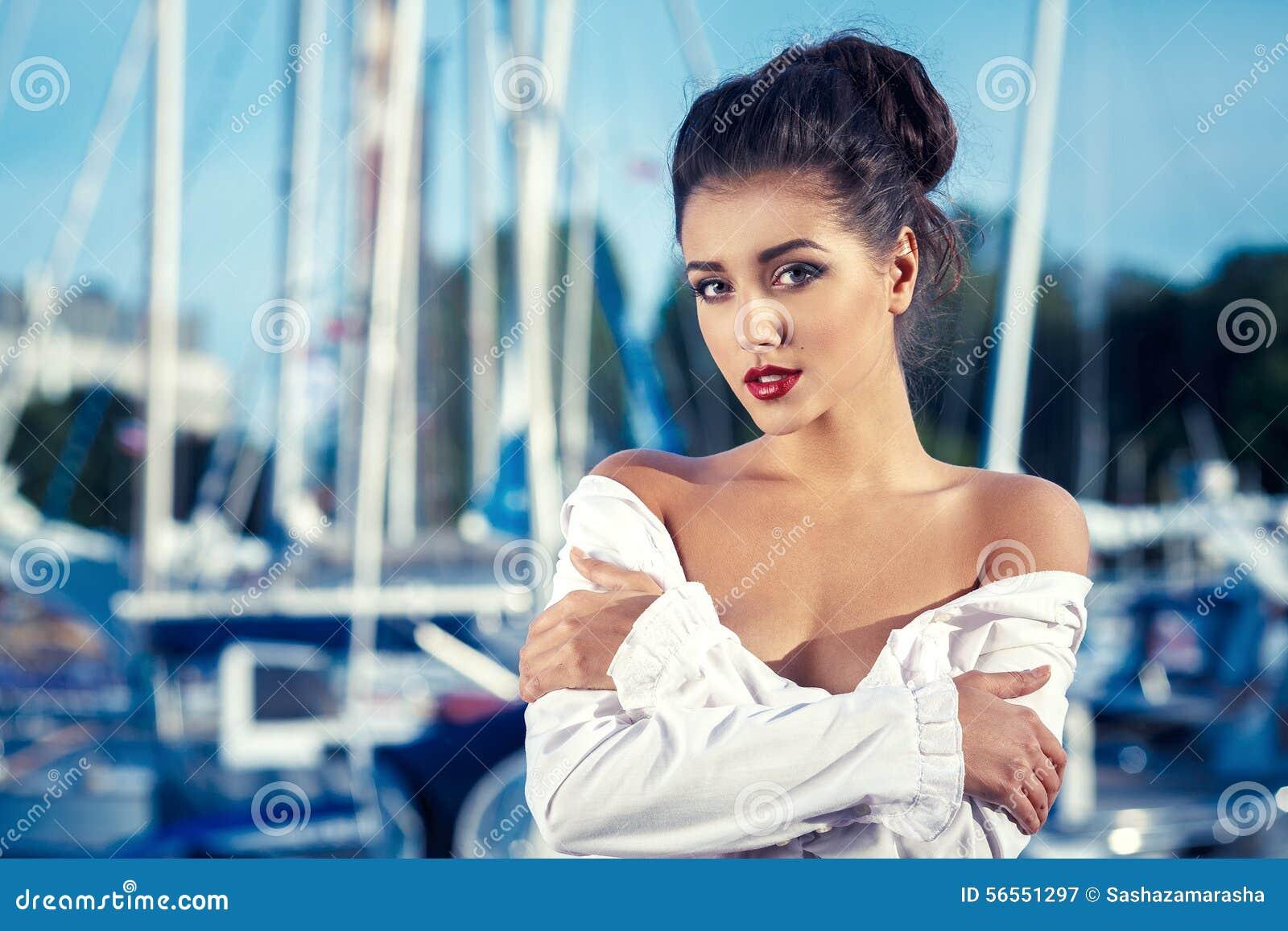 Download Νέα προκλητική γυναίκα στην αποβάθρα κοντά στις βάρκες και τα γιοτ Στοκ Εικόνα - εικόνα από κορίτσι, απολαύστε: 56551297