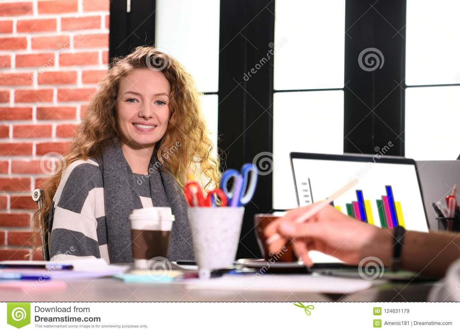 Νέα συνεδρίαση επιχειρησιακών γυναικών στο γραφείο στην αρχή