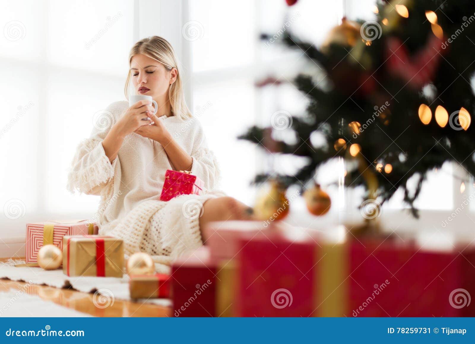 Νέα συνεδρίαση γυναικών σε ένα φωτεινό δωμάτιο, καφές κατανάλωσης