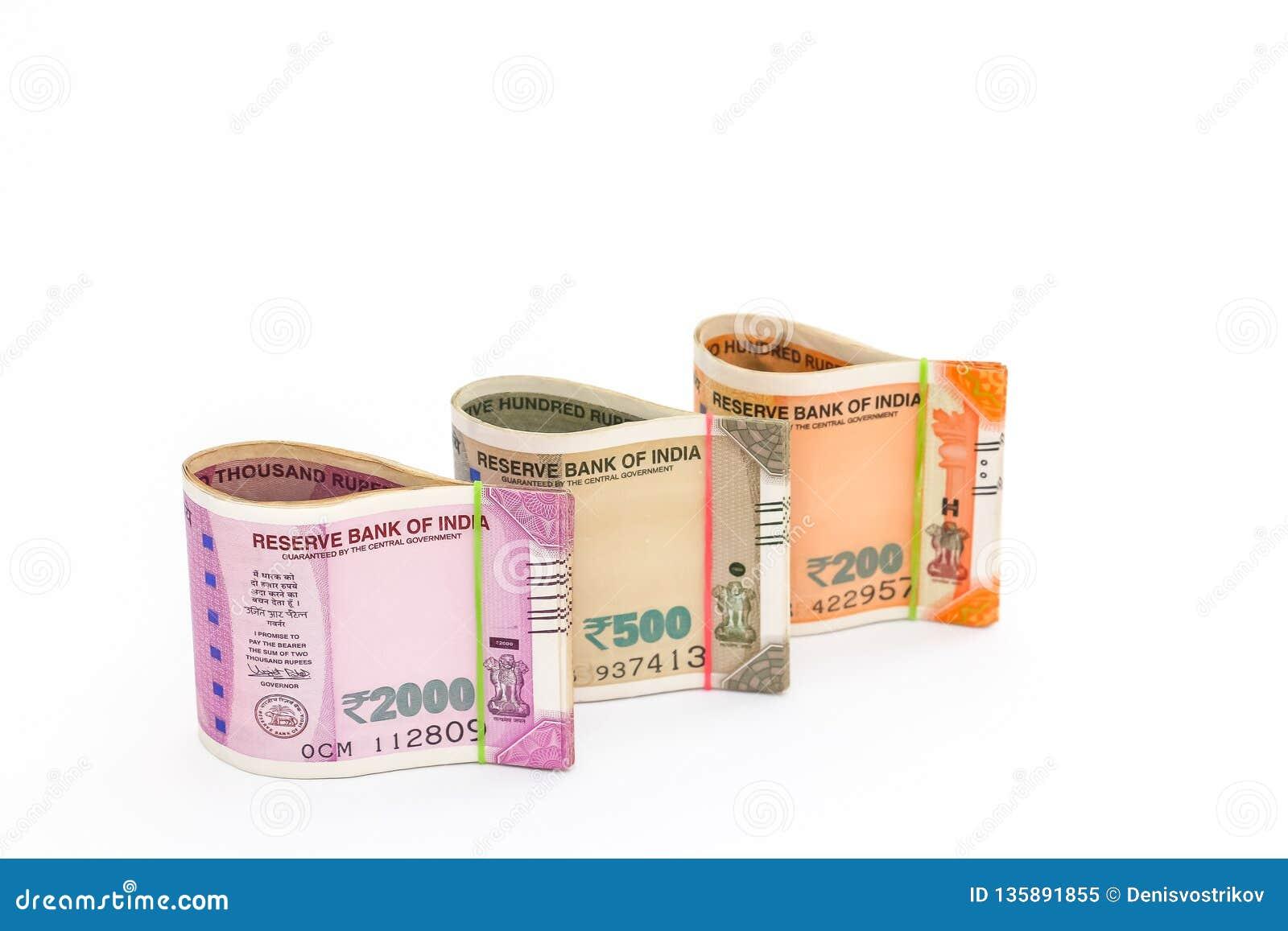 Νέα τραπεζογραμμάτια ρουπίων Ινδού 200, 500 και 2000 στο άσπρο υπόβαθρο