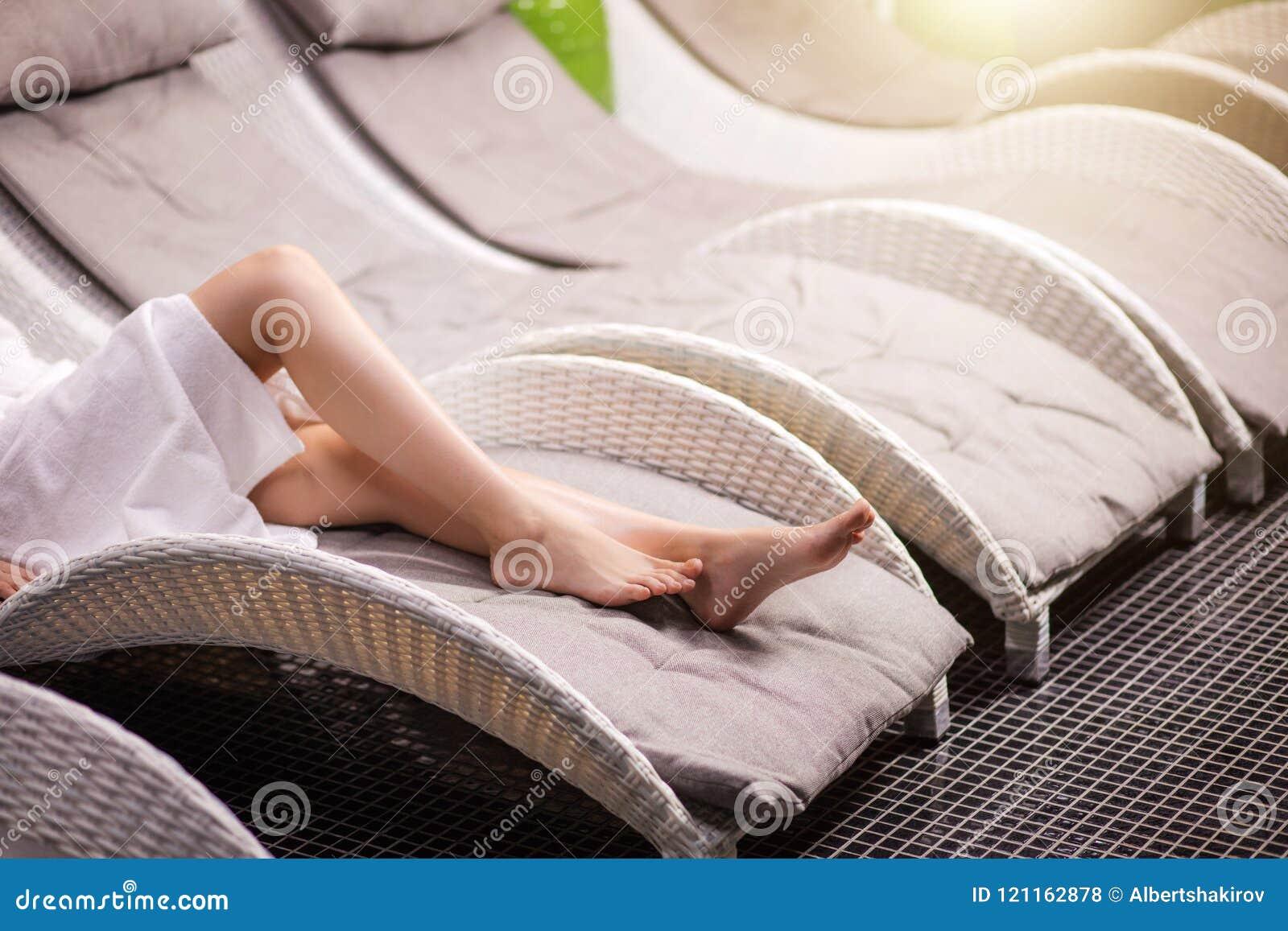 Νέα υγιή πόδια γυναικών ` s στο σαλόνι SPA