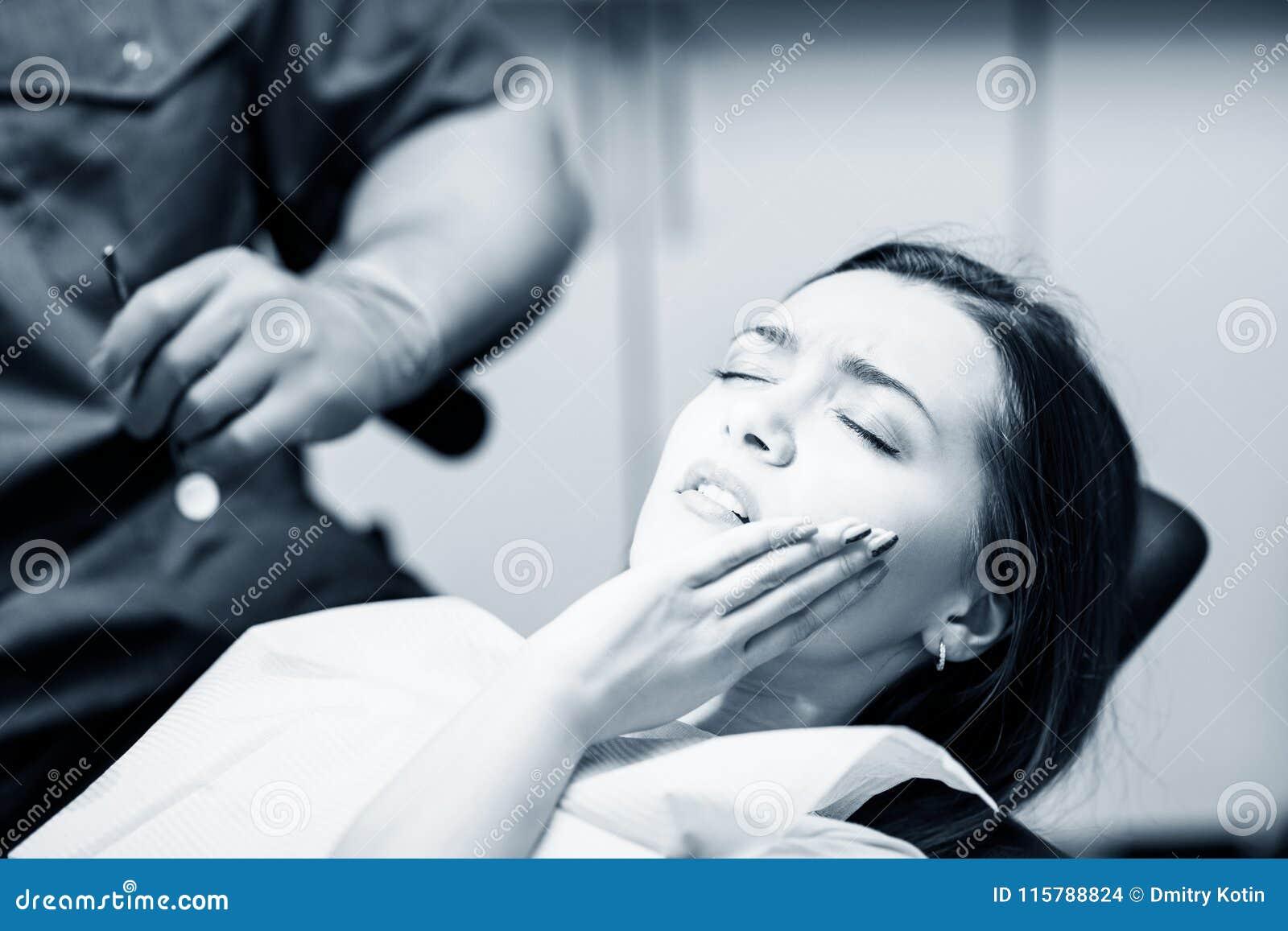 Νέα υπομονετική περιμένοντας θεραπεία γυναικών στην κλινική στοματολογίας