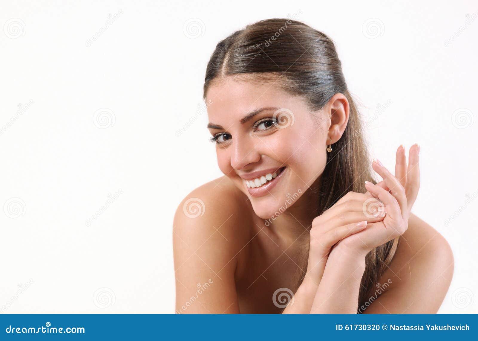 Νέα χαμογελώντας γυναίκα με το καθαρό δέρμα και το ισχυρό υγιές φωτεινό hai