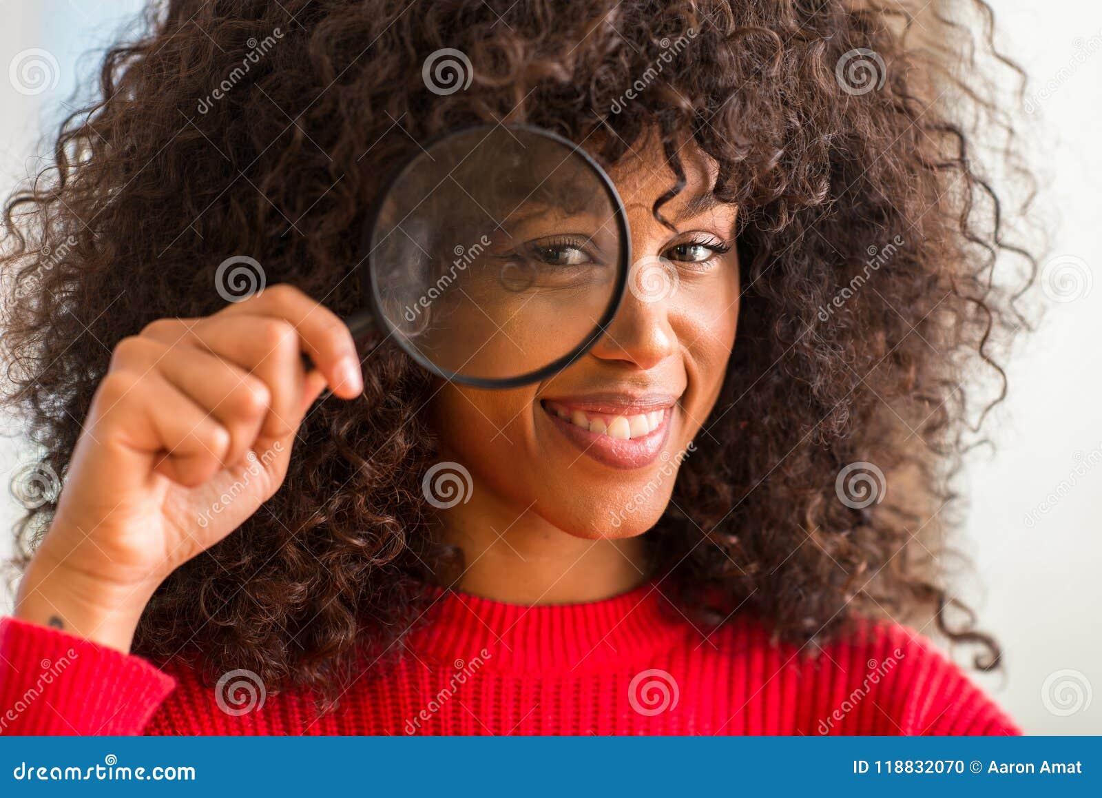 Νέα όμορφη γυναίκα αφροαμερικάνων στο σπίτι