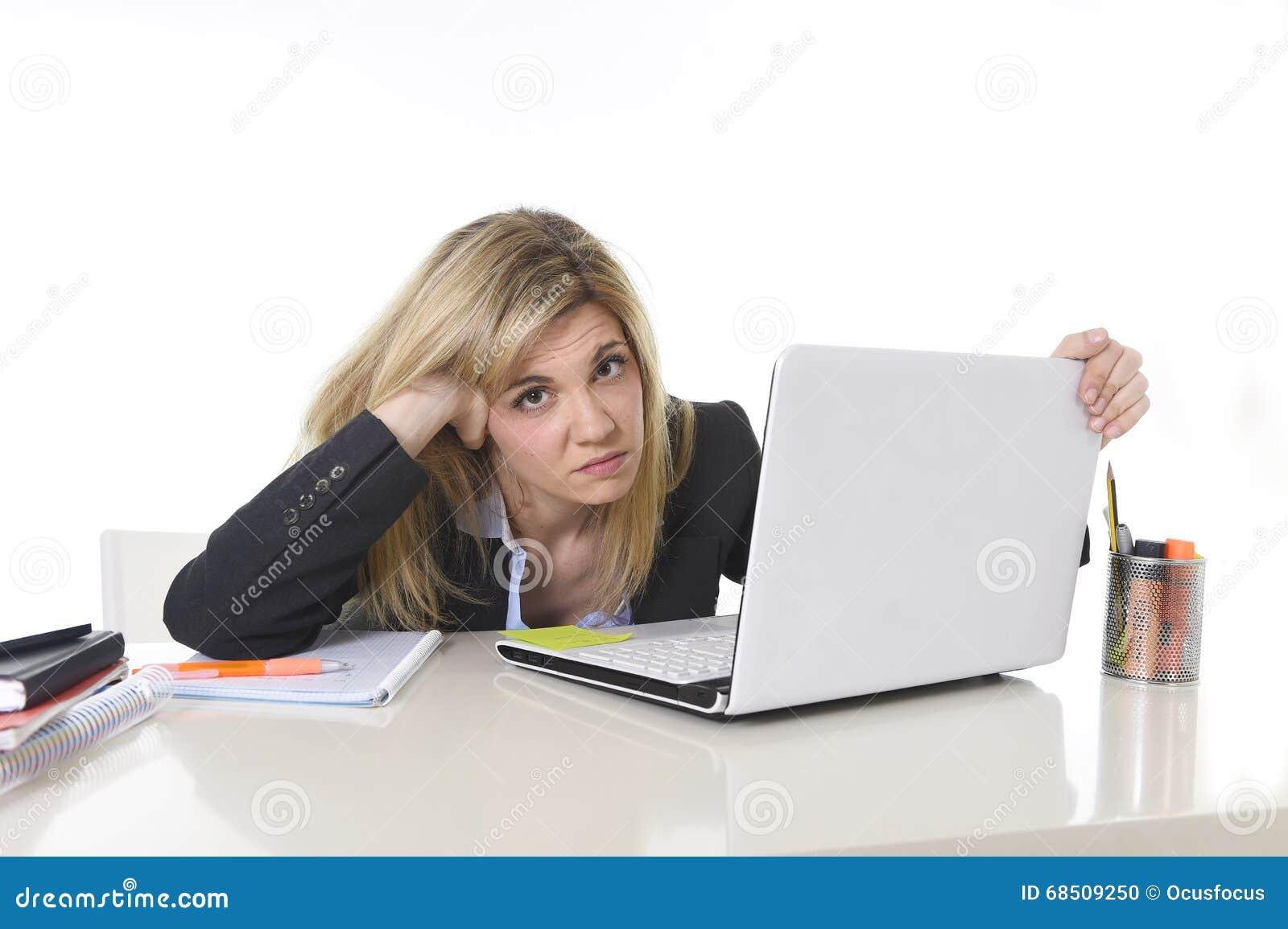 Νέα όμορφη επιχειρησιακή γυναίκα που υφίσταται την πίεση που λειτουργεί στο γραφείο που ματαιώνεται και λυπημένο