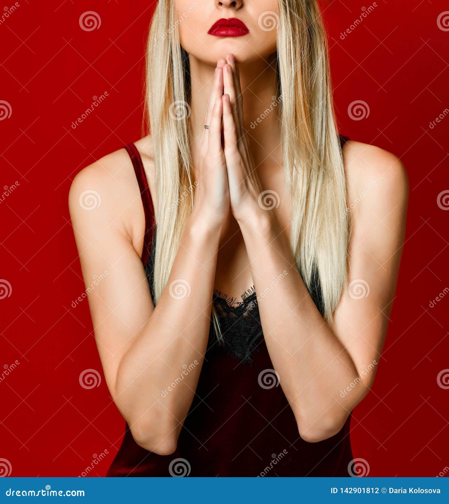 Νέα όμορφη καυκάσια γυναίκα στο kokoshnik ΚΑΠ που προσεύχεται με τα χέρια που ρωτούν μαζί για κάτι το ο