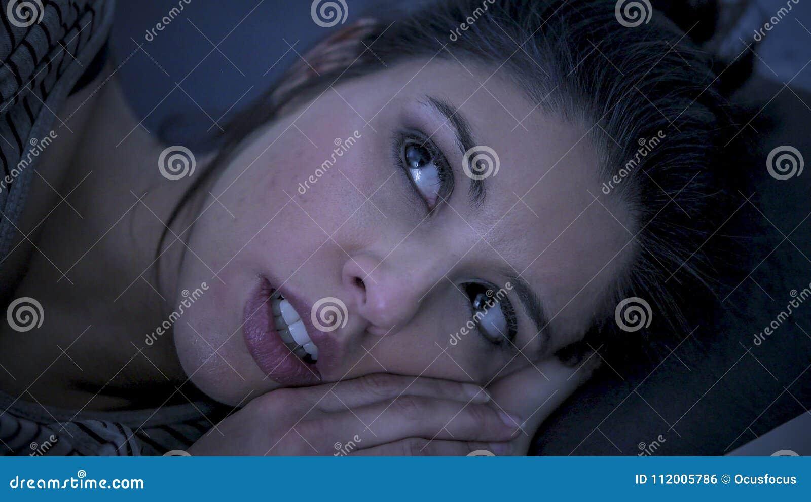 Νέα όμορφη λυπημένη και ανησυχημένη λατινική γυναίκα που υφίσταται την αϋπνία και που κοιμάται το πρόβλημα αναταραχής ανίκανο στο