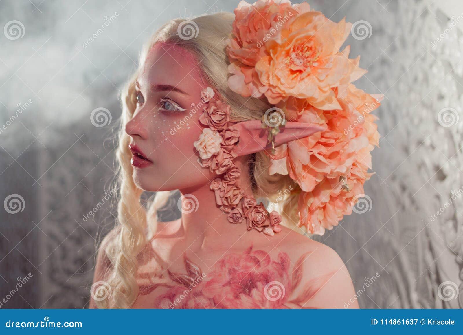 Νέα όμορφη νεράιδα κοριτσιών Δημιουργική σύνθεση και bodyart