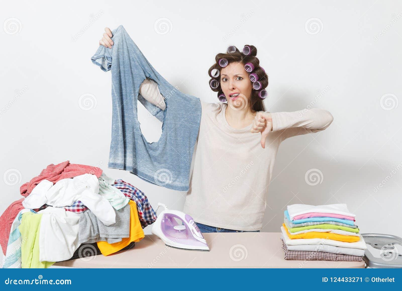 Νέα όμορφη νοικοκυρά απομονωμένη ανασκόπηση λευκή γυναίκα Έννοια οικοκυρικής Διάστημα αντιγράφων για τη διαφήμιση