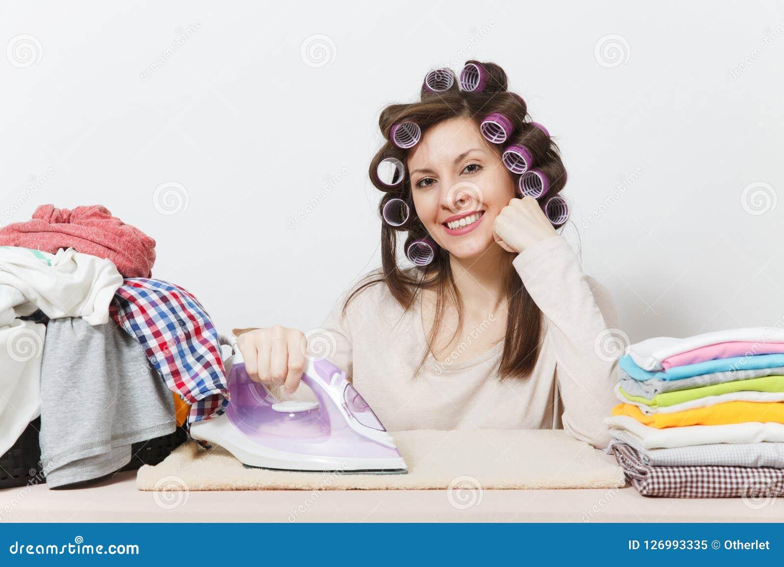 Νέα όμορφη νοικοκυρά Γυναίκα στην άσπρη ανασκόπηση Έννοια οικοκυρικής Διάστημα αντιγράφων για τη διαφήμιση