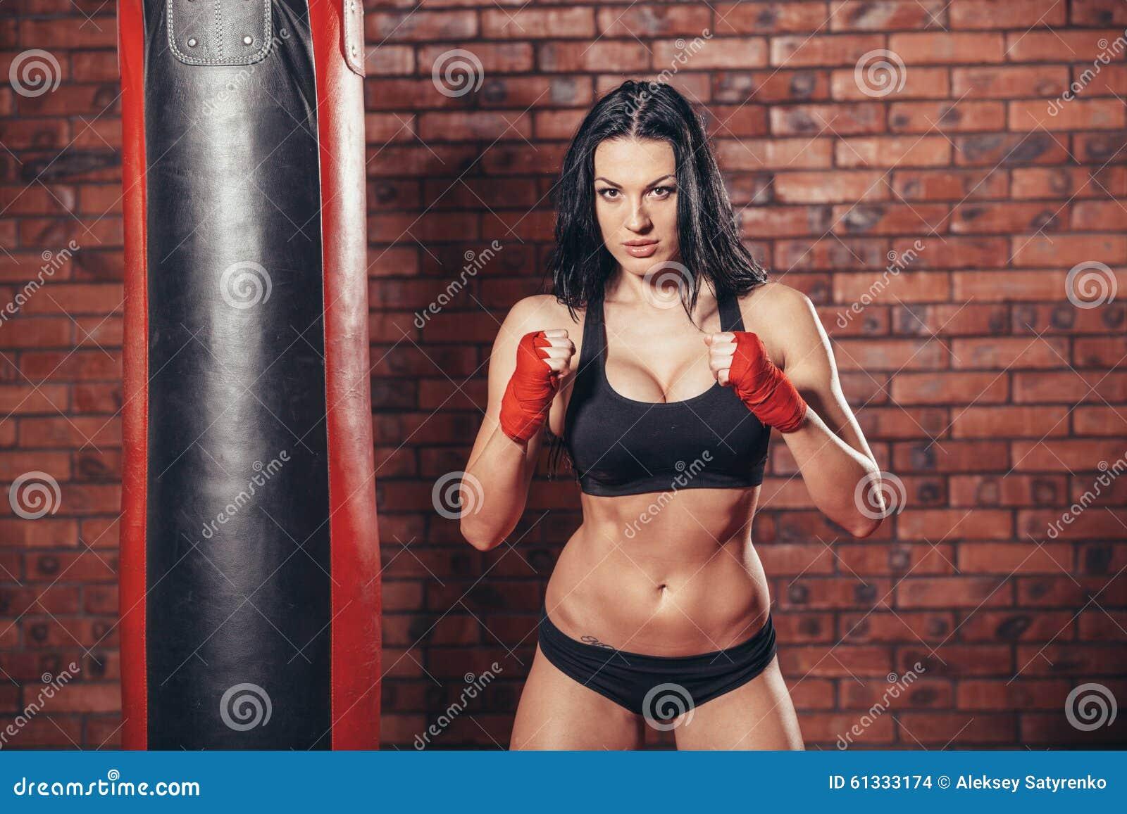 Νέα όμορφη προκλητική γυναίκα μπόξερ με τον κόκκινο εγκιβωτισμό