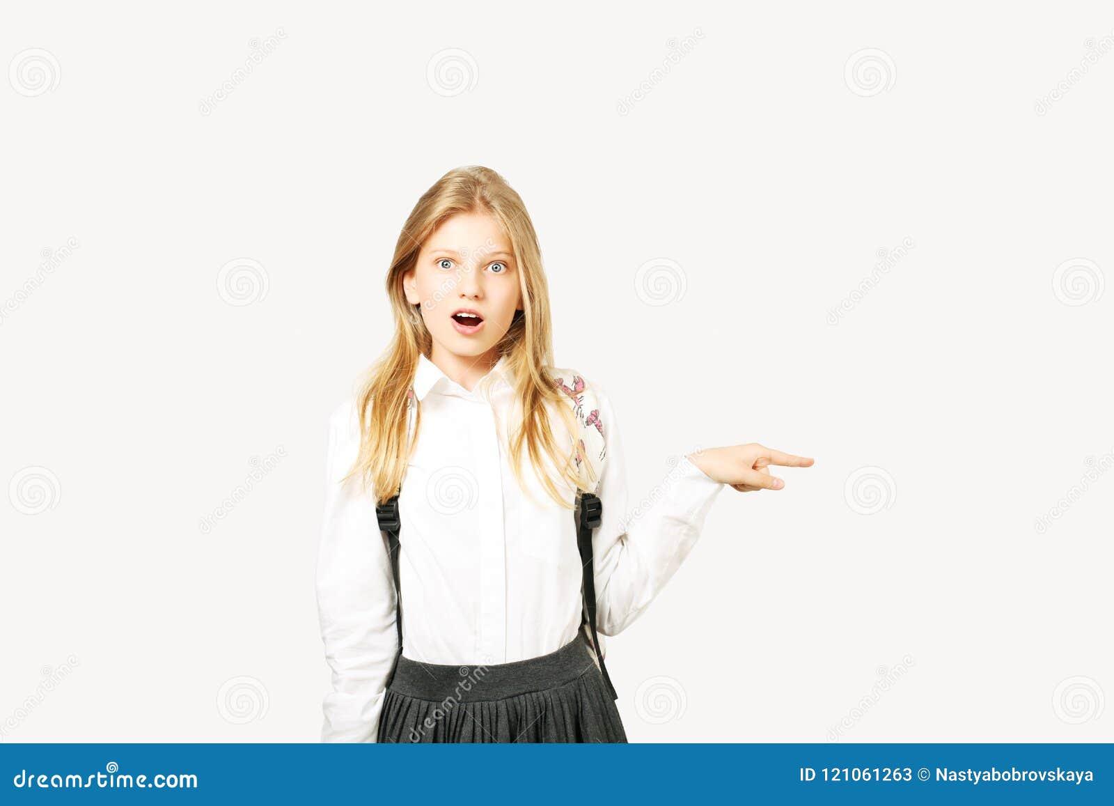 Νέα όμορφη τοποθέτηση κοριτσιών εφήβων πρότυπη πέρα από απομονωμένο το λευκό υπόβαθρο που παρουσιάζει συναισθηματικές εκφράσεις τ