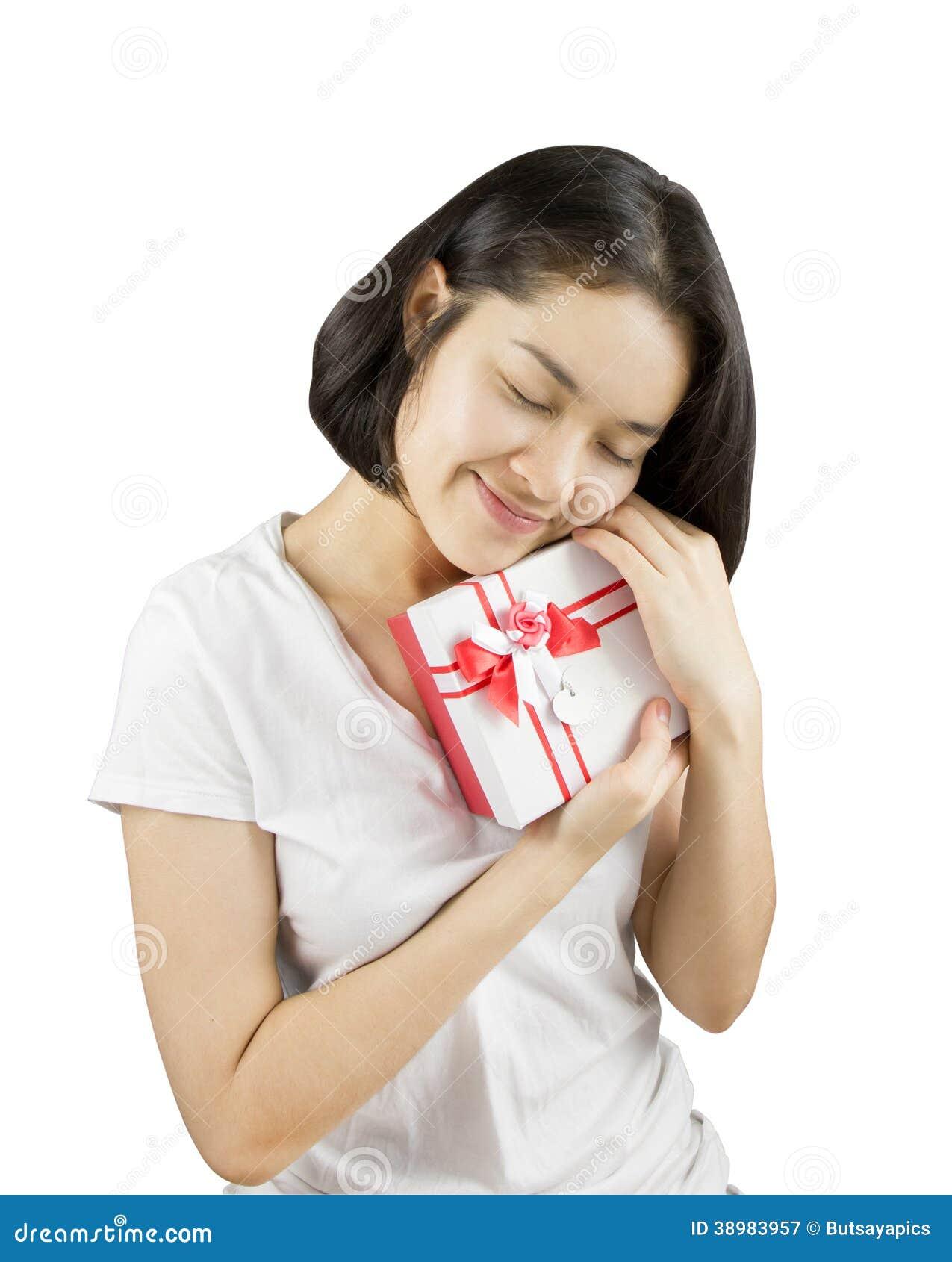 Νέες ασιατικές γυναίκες που κρατούν το κιβώτιο δώρων