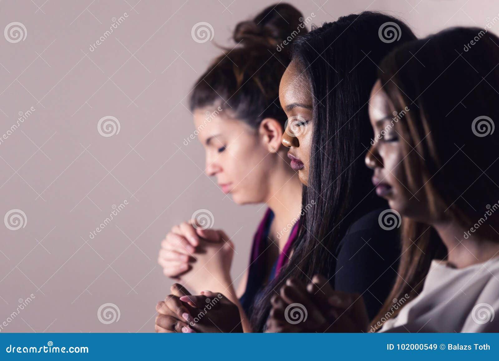 Νέες αφιερωμένες γυναίκες που προσεύχονται από κοινού