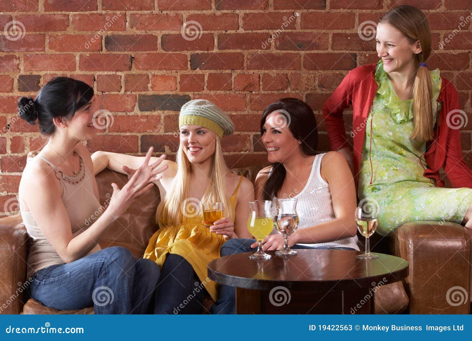 Νέες γυναίκες που κάθονται μαζί και που μιλούν