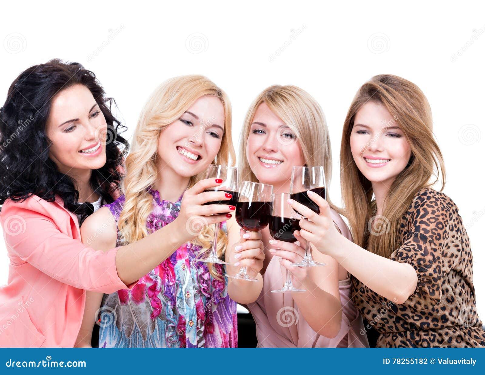 Νέες ευτυχείς γυναίκες που έχουν τη διασκέδαση