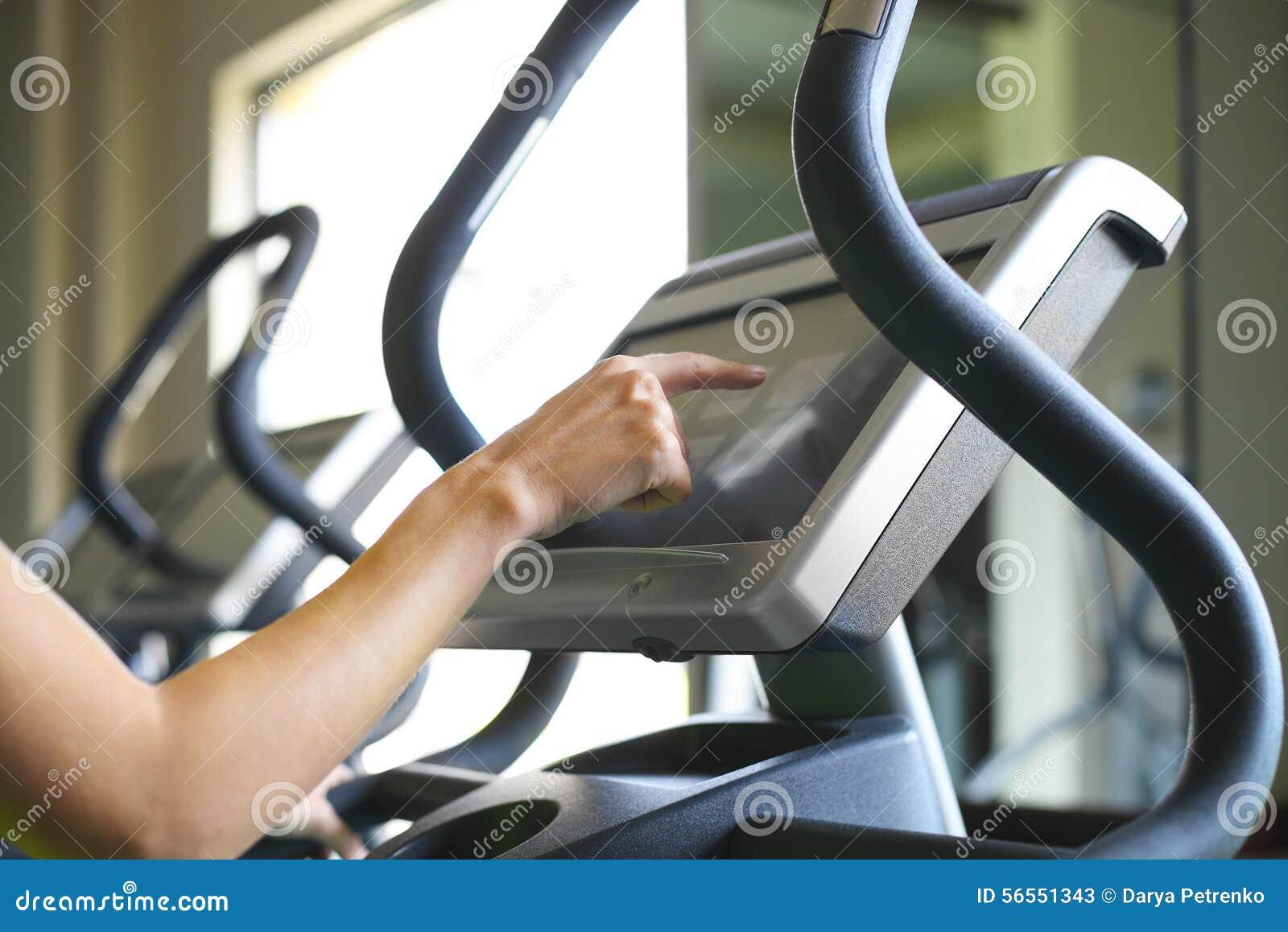 Download Νέες φίλαθλες γυναίκες που κάνουν τις ασκήσεις στο κέντρο γυμναστικής Στοκ Εικόνα - εικόνα από bodybuilders, πόδια: 56551343