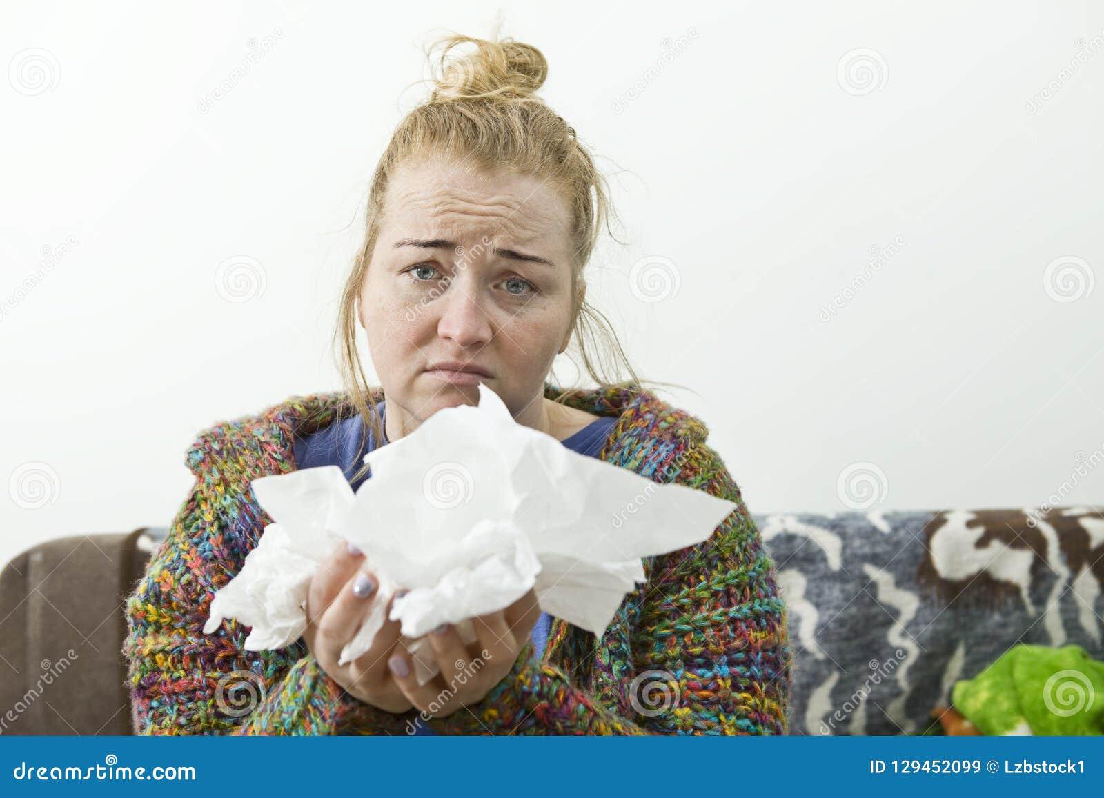 Νέοι άρρωστοι γυναικών στο κρεβάτι που φορά το πουλόβερ ασθένεια
