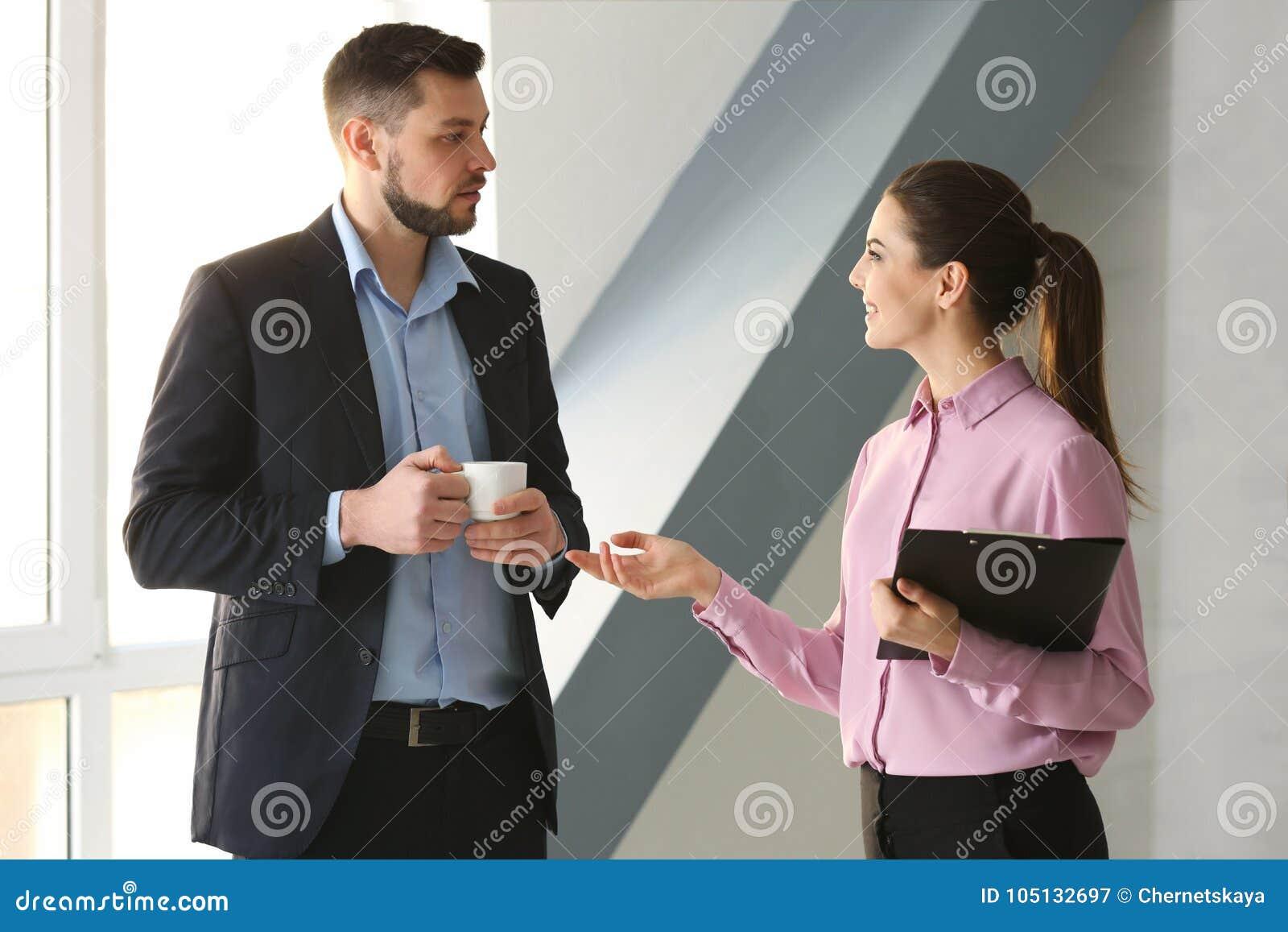 Νέοι διευθυντές που συζητούν τα ζητήματα