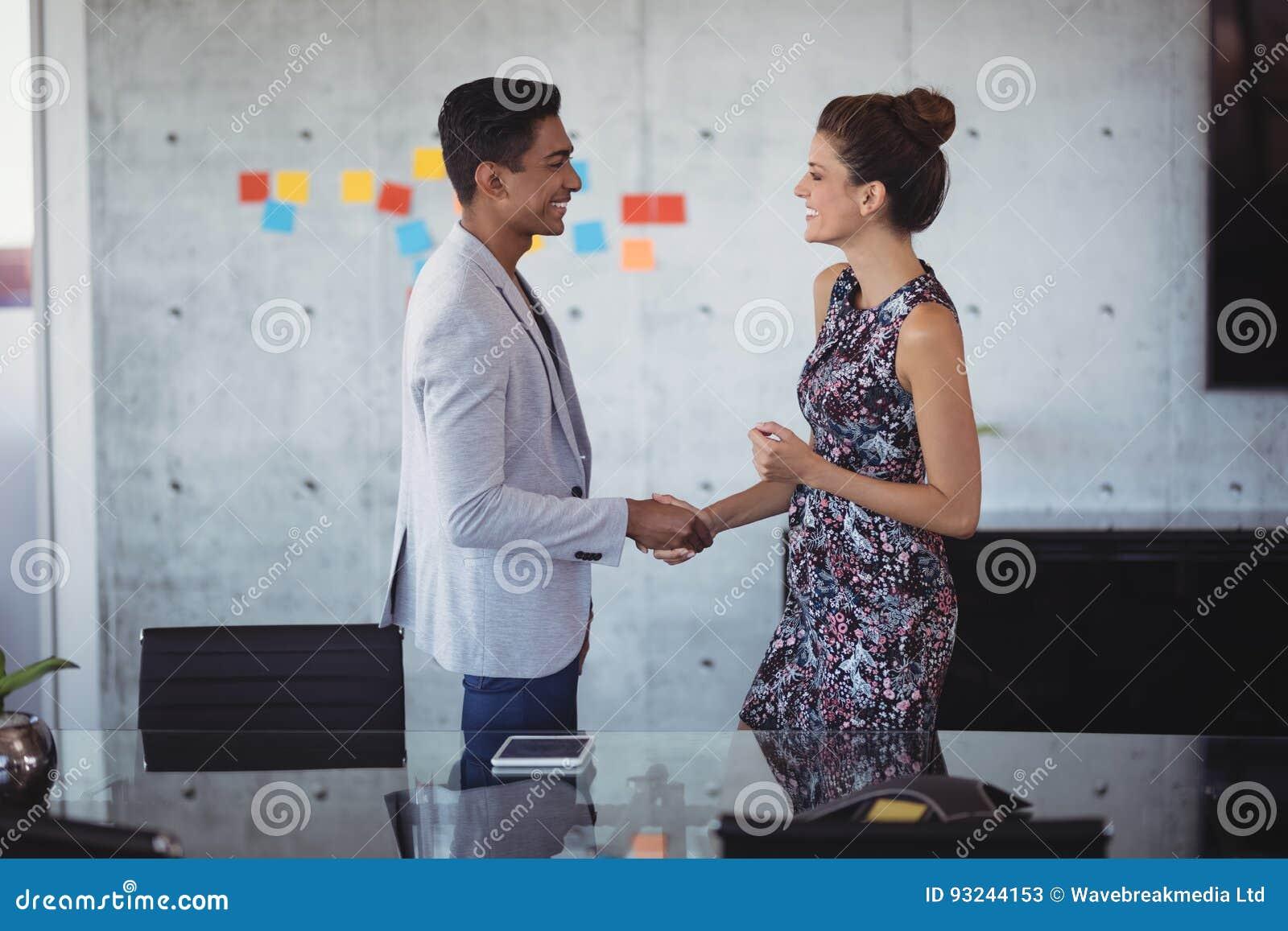 Νέοι επιχειρηματίες που τινάζουν τα χέρια στο δημιουργικό γραφείο