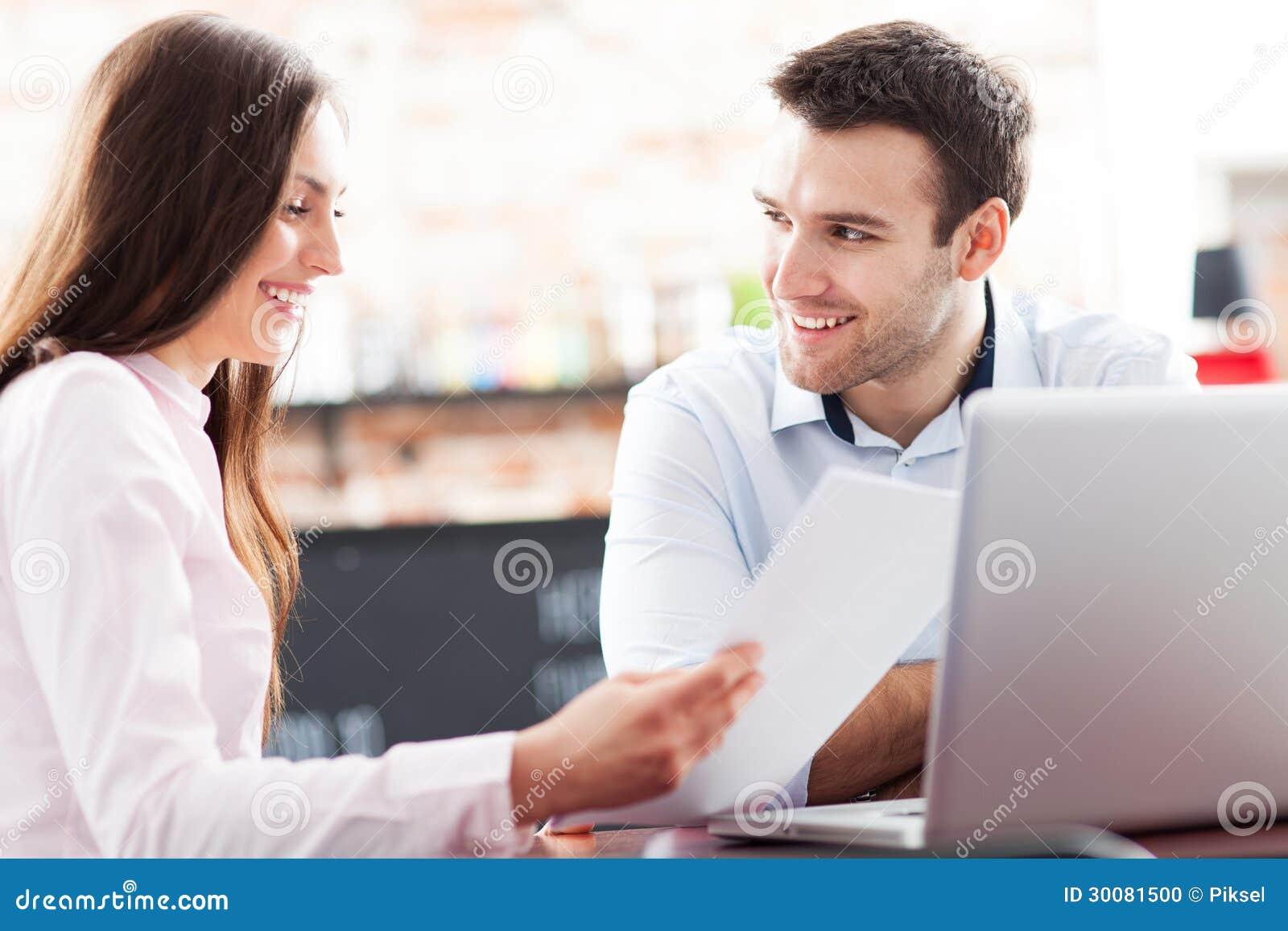 Επιχειρηματίες που χρησιμοποιούν το lap-top στον καφέ