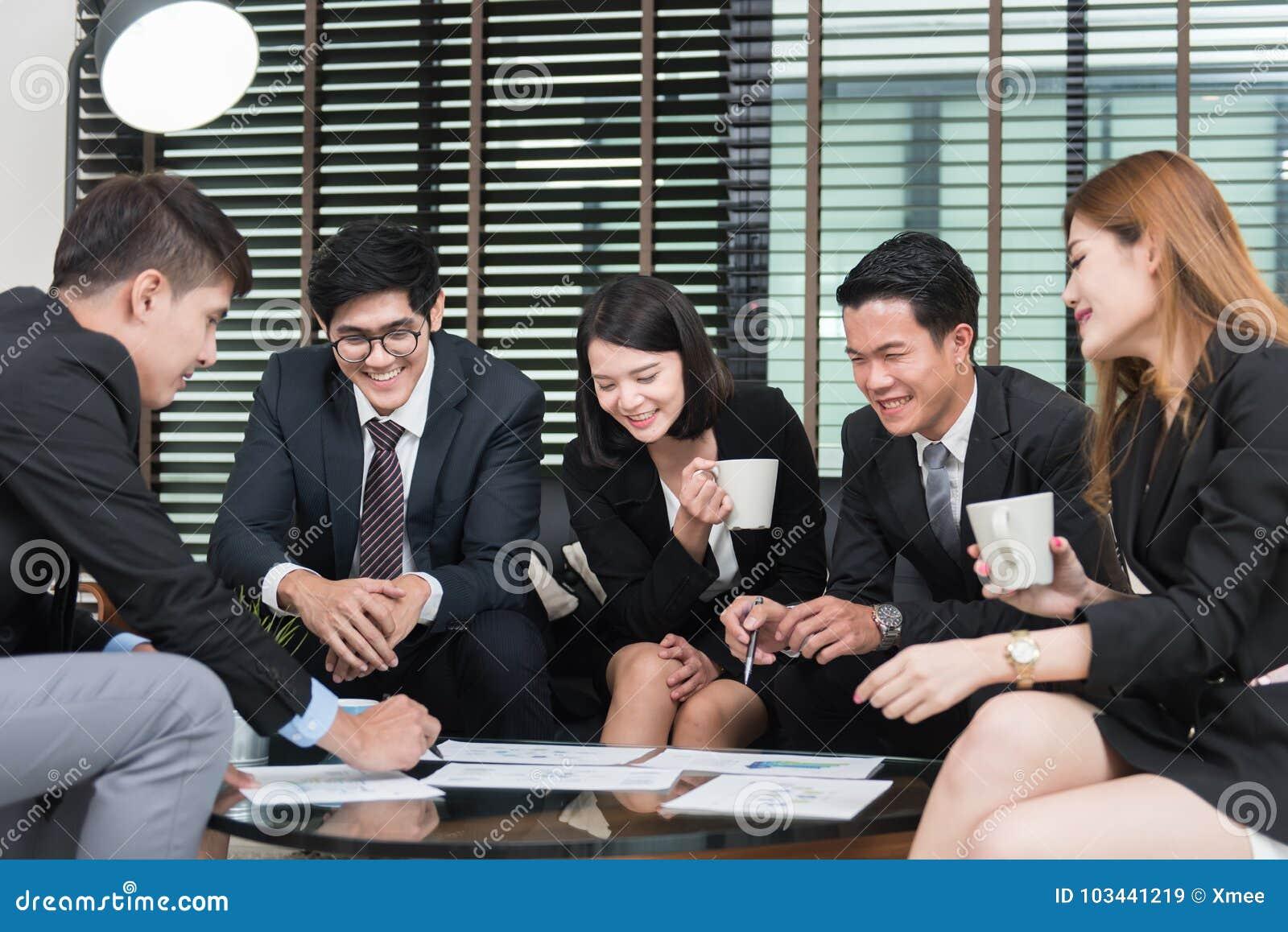 Νέοι επιχειρησιακοί επαγγελματίες που διοργανώνουν μια συνεδρίαση στην αρχή