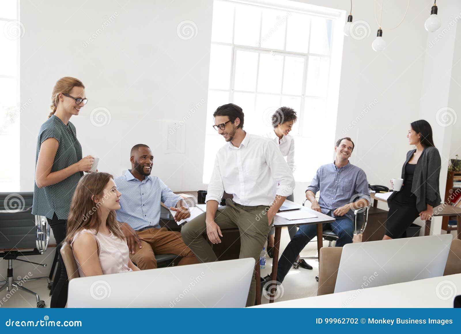 Νέοι επιχειρησιακοί συνάδελφοι στην περιστασιακή συνεδρίαση στο γραφείο τους